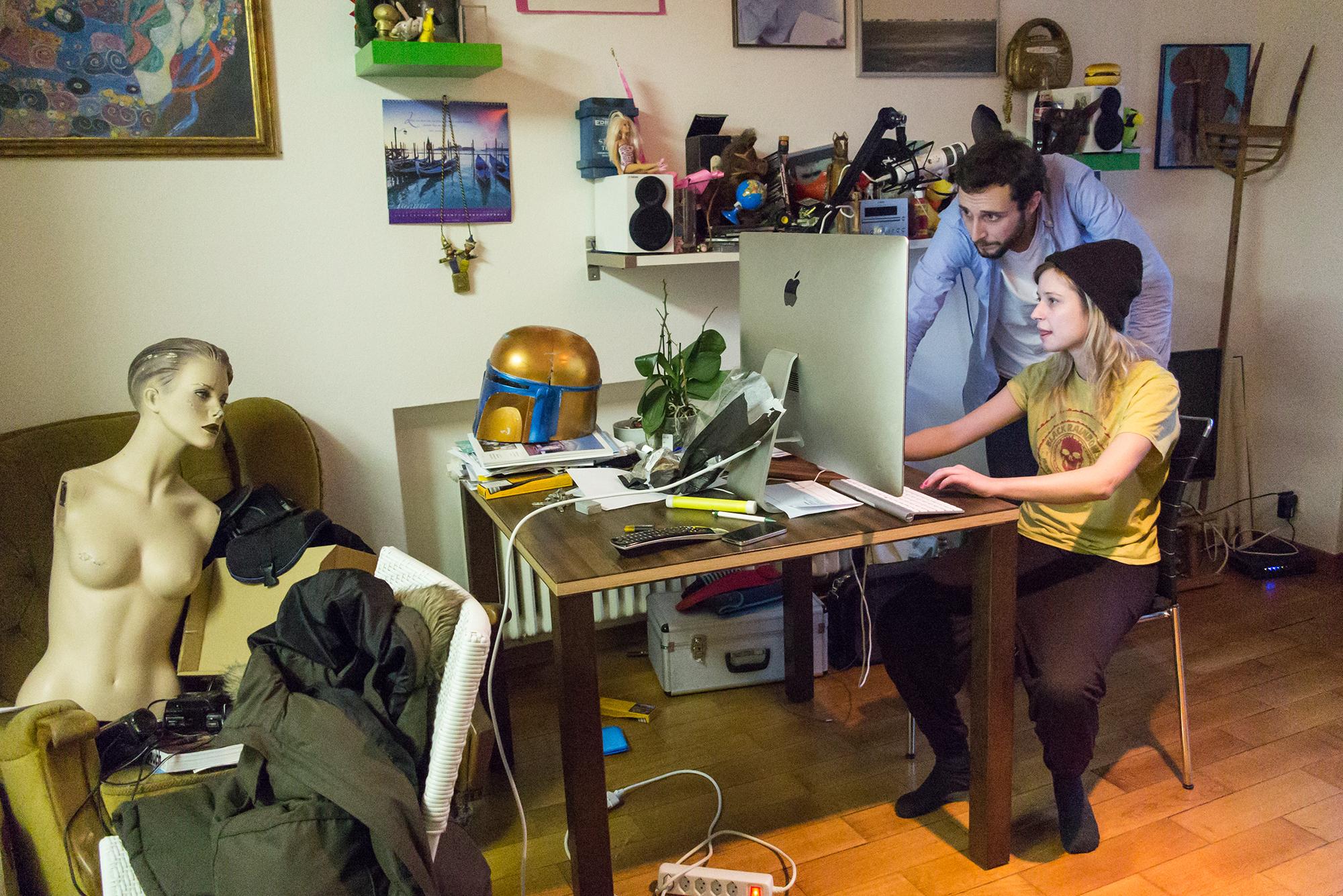 Lara Stolls Wohnung ist Tonstudio, Requisitenkammer und Gummizelle zugleich kurz: hier wird Bild mit Ton produziert.