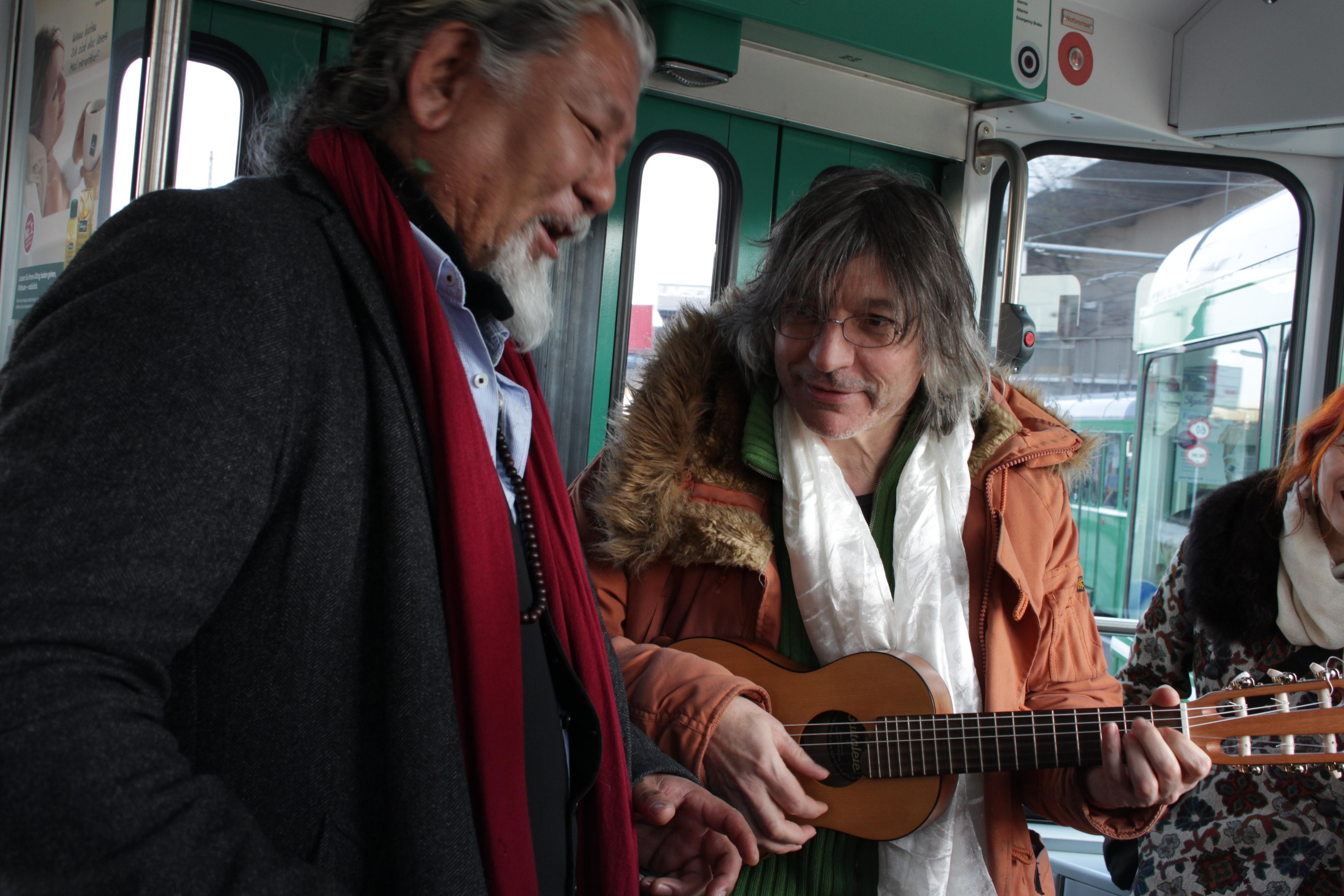 Franz Treichler musiziert mit Loten Nambling im Basler Tram.
