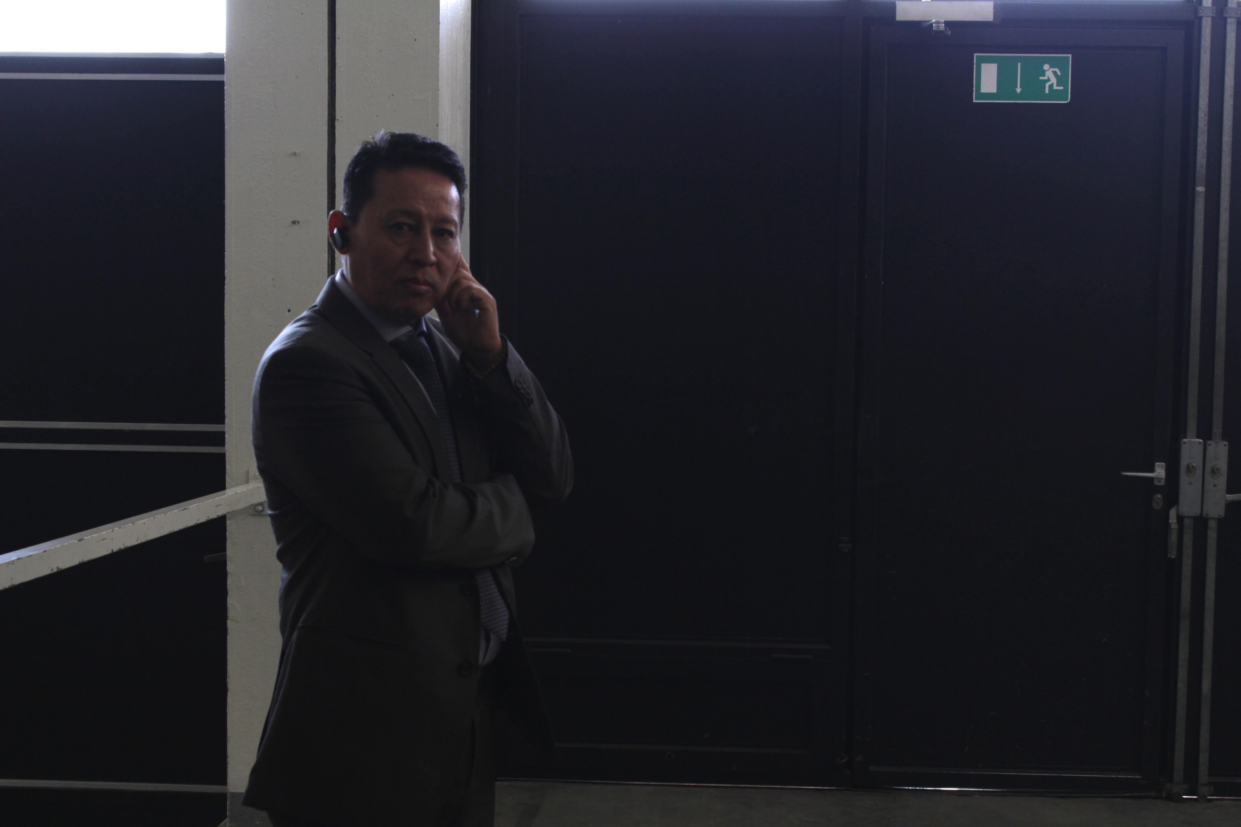 Einer der zahlreichen Security-Leute rund um die St. Jakobhalle