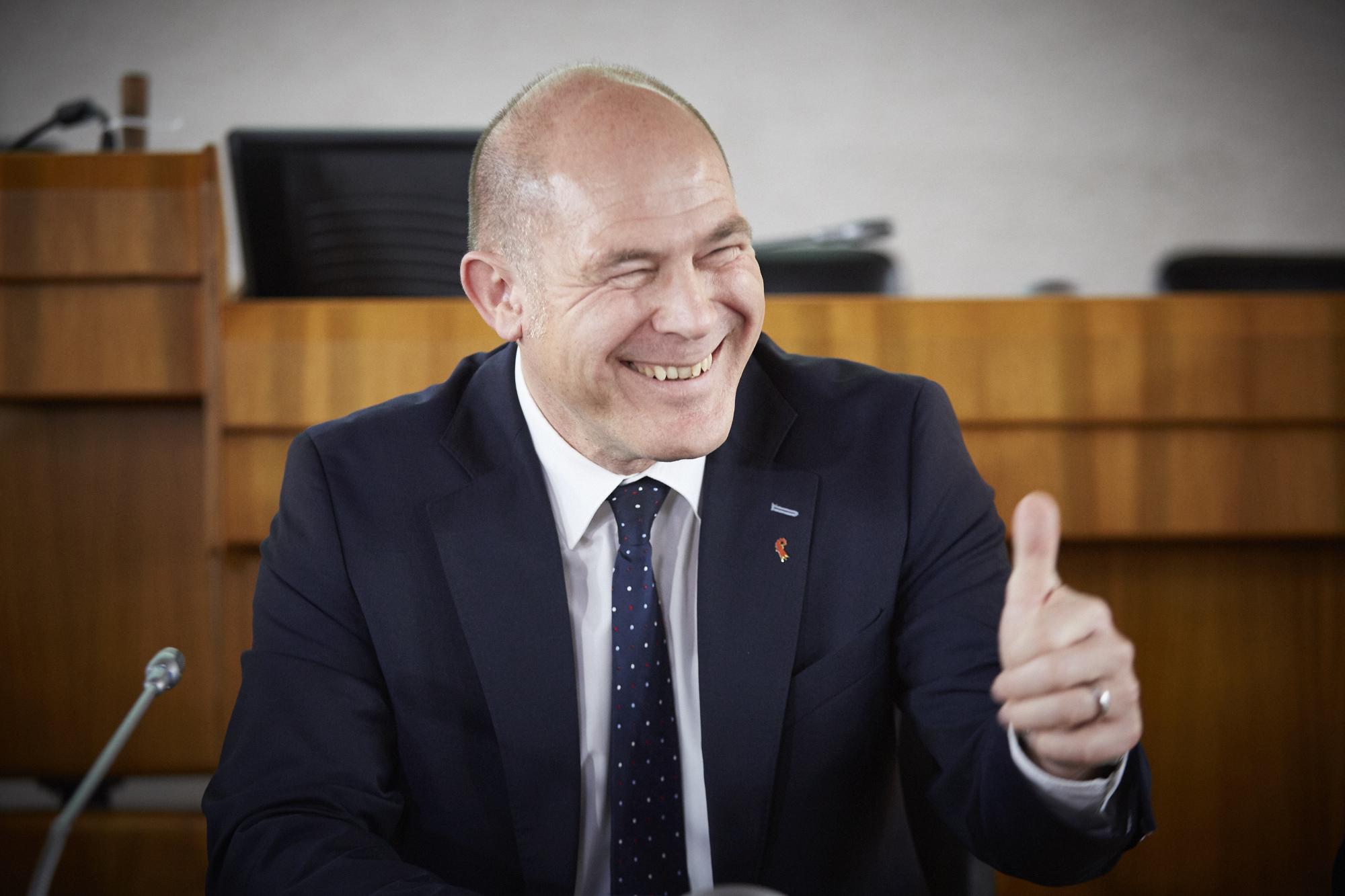 Daumen hoch: CVP-Finanzdirektor Anton Lauber, mit astronomischer Zustimmung im Amt bestätigt.