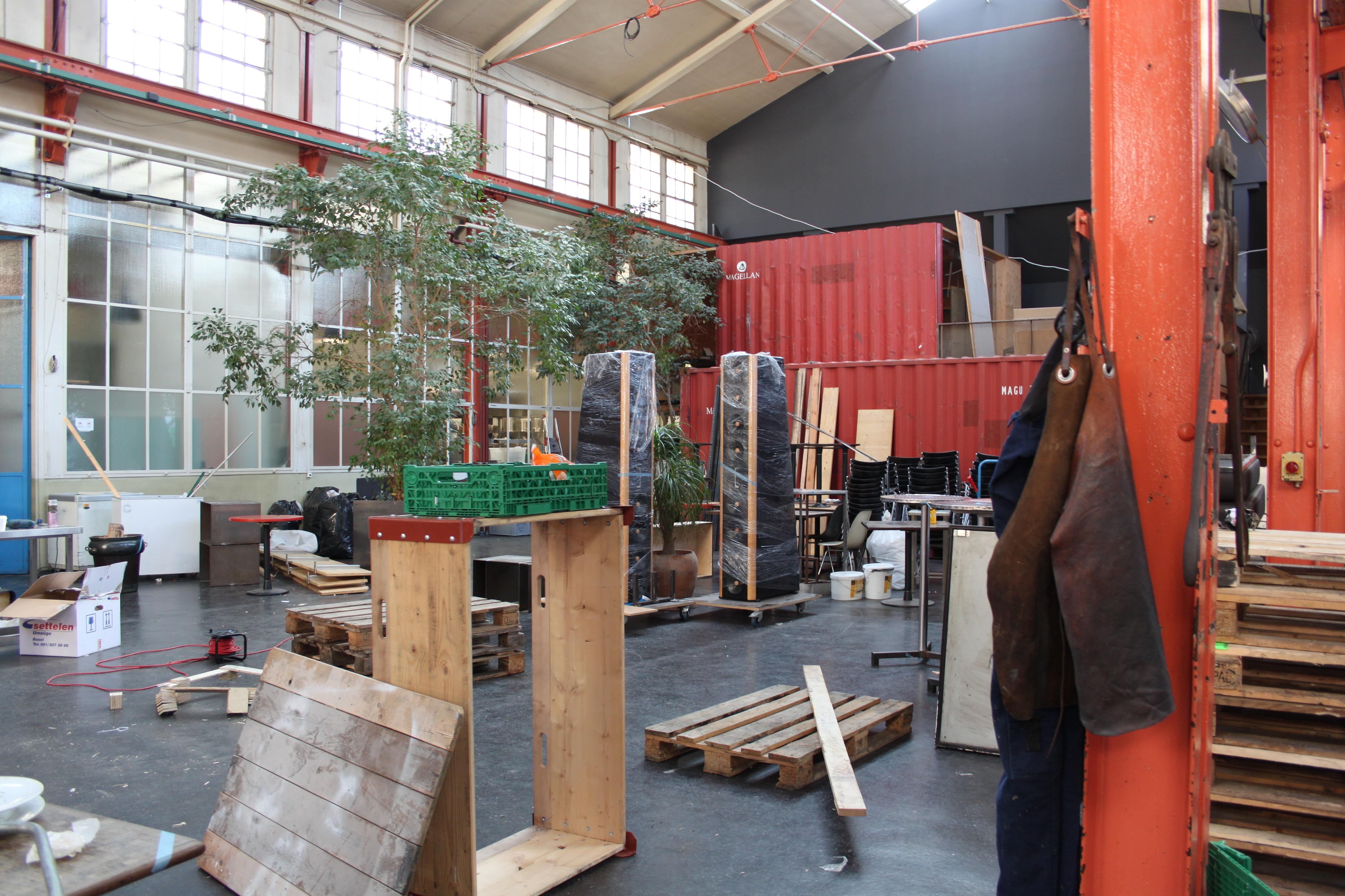 Ein Blick in die Halle des ehemaligen «eo ipso» am 09. Februar 2015. Inder Halle kräftig gewerkelt. Wie das Restaurant im Gundeldinger Feld bei der Wiedereröffnung aussehen wird, lässt sich aber noch immer nicht erahnen.