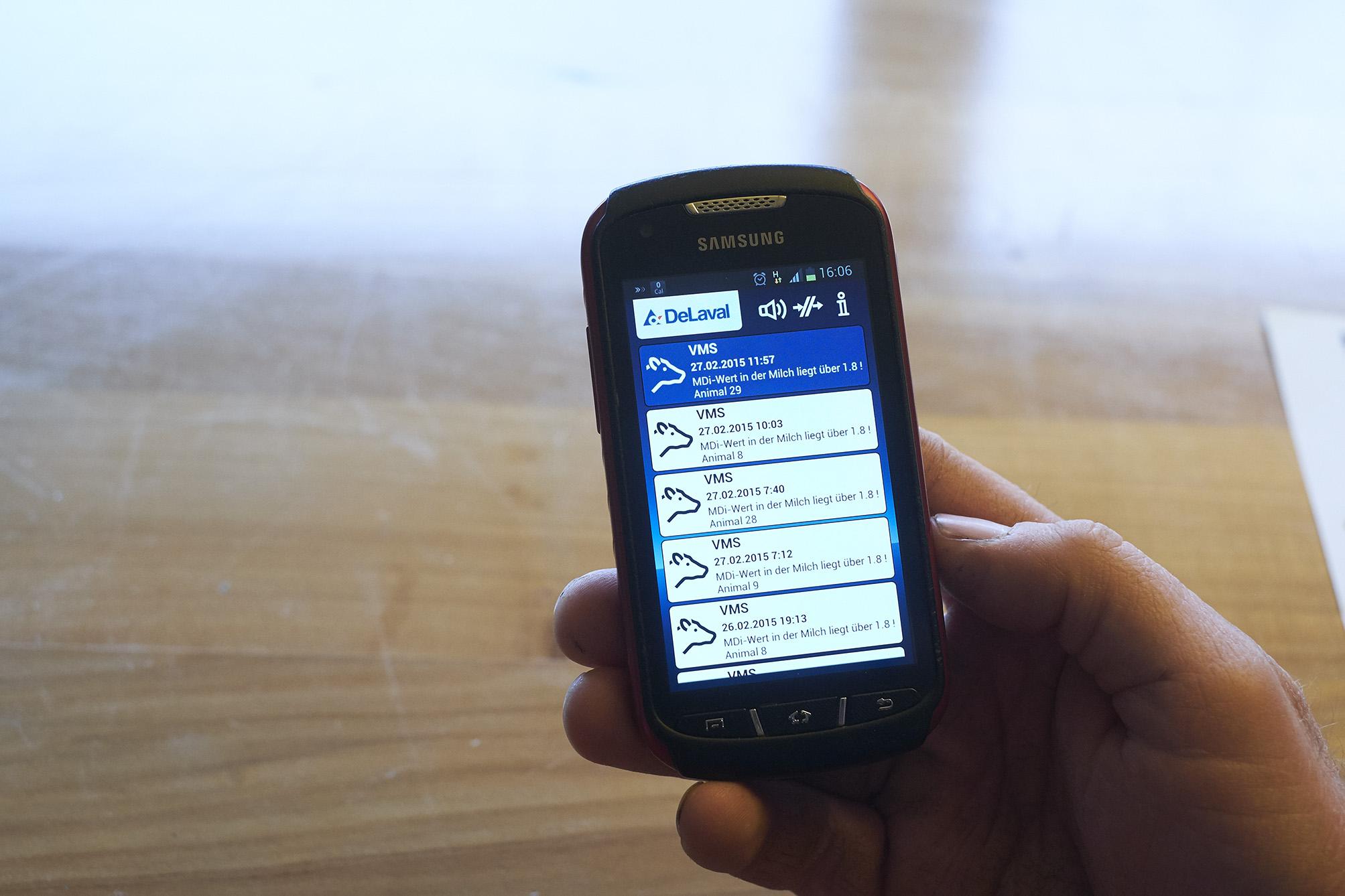 Mit dem App auf dem Handy lässt sich der Melkroboter aus der Ferne steuern.