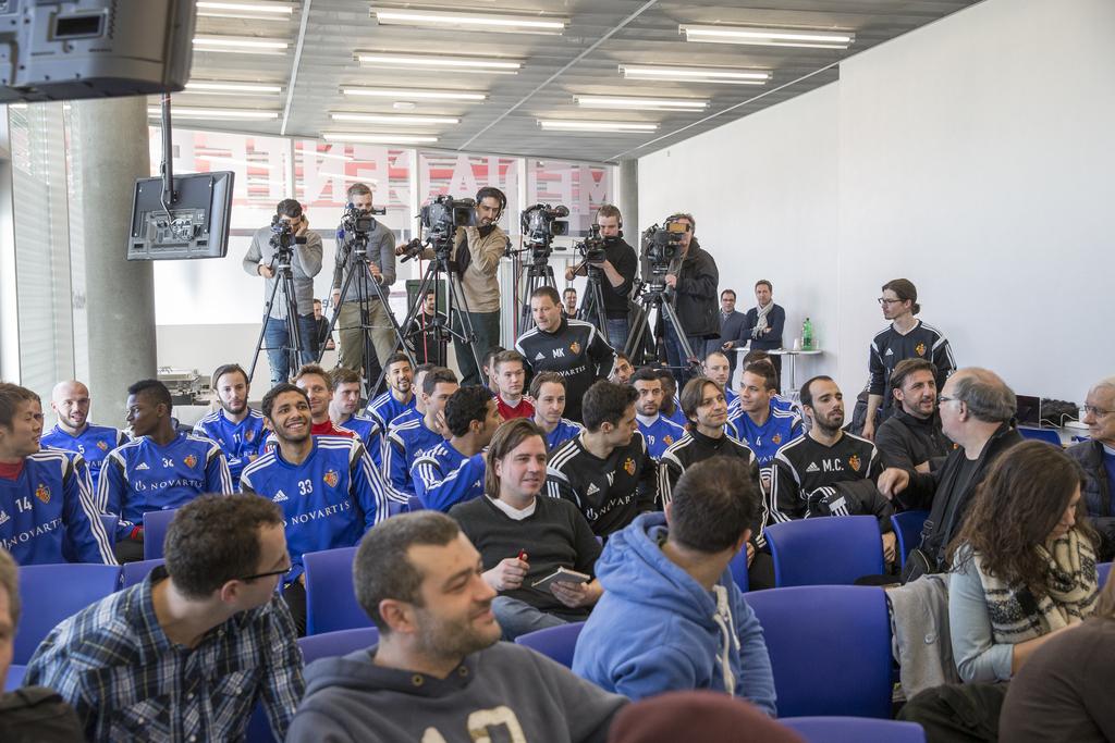Geschlossen verfolgt das Fanionteam des FCB die Pressekonferenz ihres Captains.