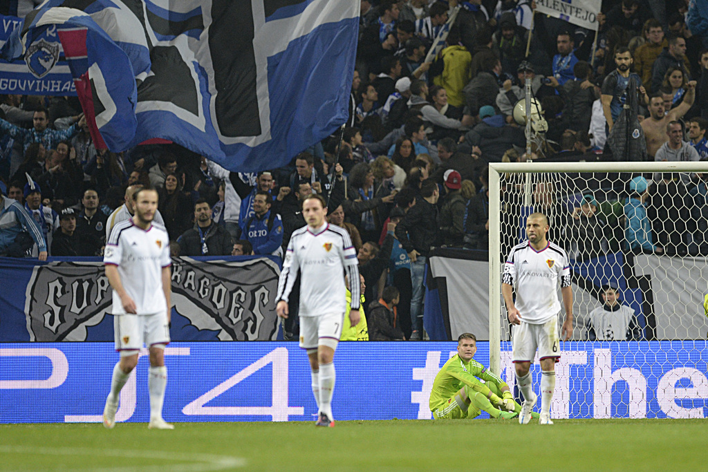 Basel's goalkeeper Tomas Vaclik, second right, on the floor afterPorto's third goal during an UEFA Champions League round of sixteen second leg soccer match between Portugal's FC Porto and Switzerland's FC Basel 1893 in the Dragao stadium in Porto, Portugal, on Tuesday, March 10, 2015. (KEYSTONE/Georgios Kefalas)