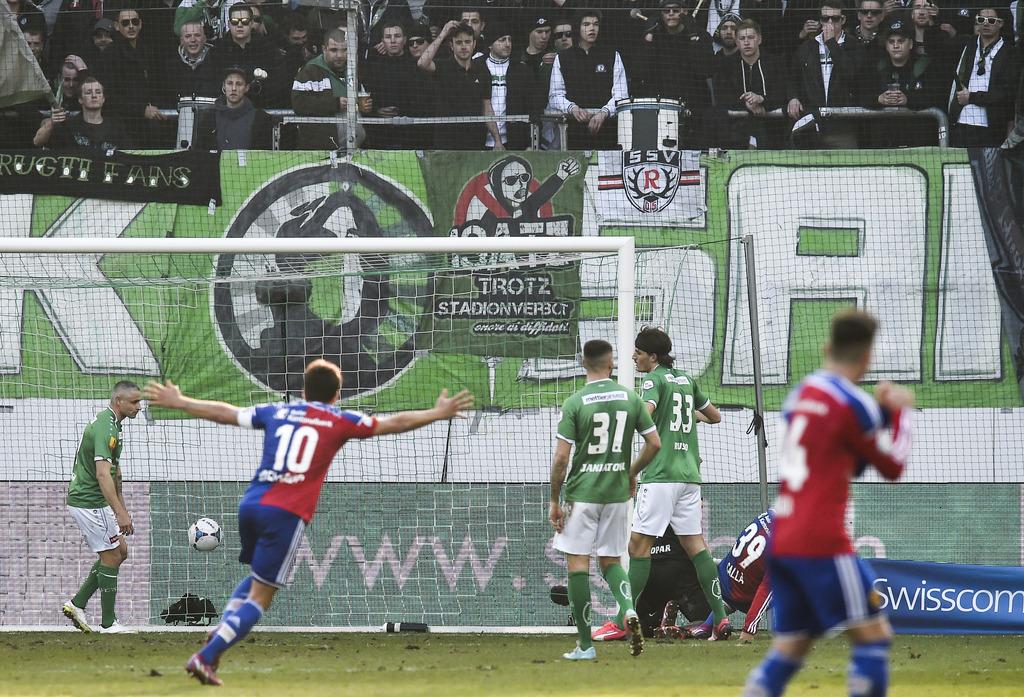 Davide Calla von Basel, rechts, trifft zum 1:2 fuer Basel, im Fussballspiel der Super League zwischen dem FC St. Gallen und dem FC Basel, am Sonntag, 15. Maerz 2015, in der AFG Arena in St. Gallen. (KEYSTONE/Gian Ehrenzeller)