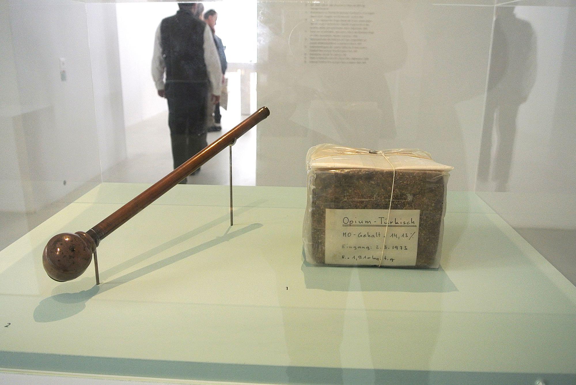 Ein Klotz Opium mit einem Gewicht von mehr als einem Kilogramm enpfängt die Ausstellungsbesucher.
