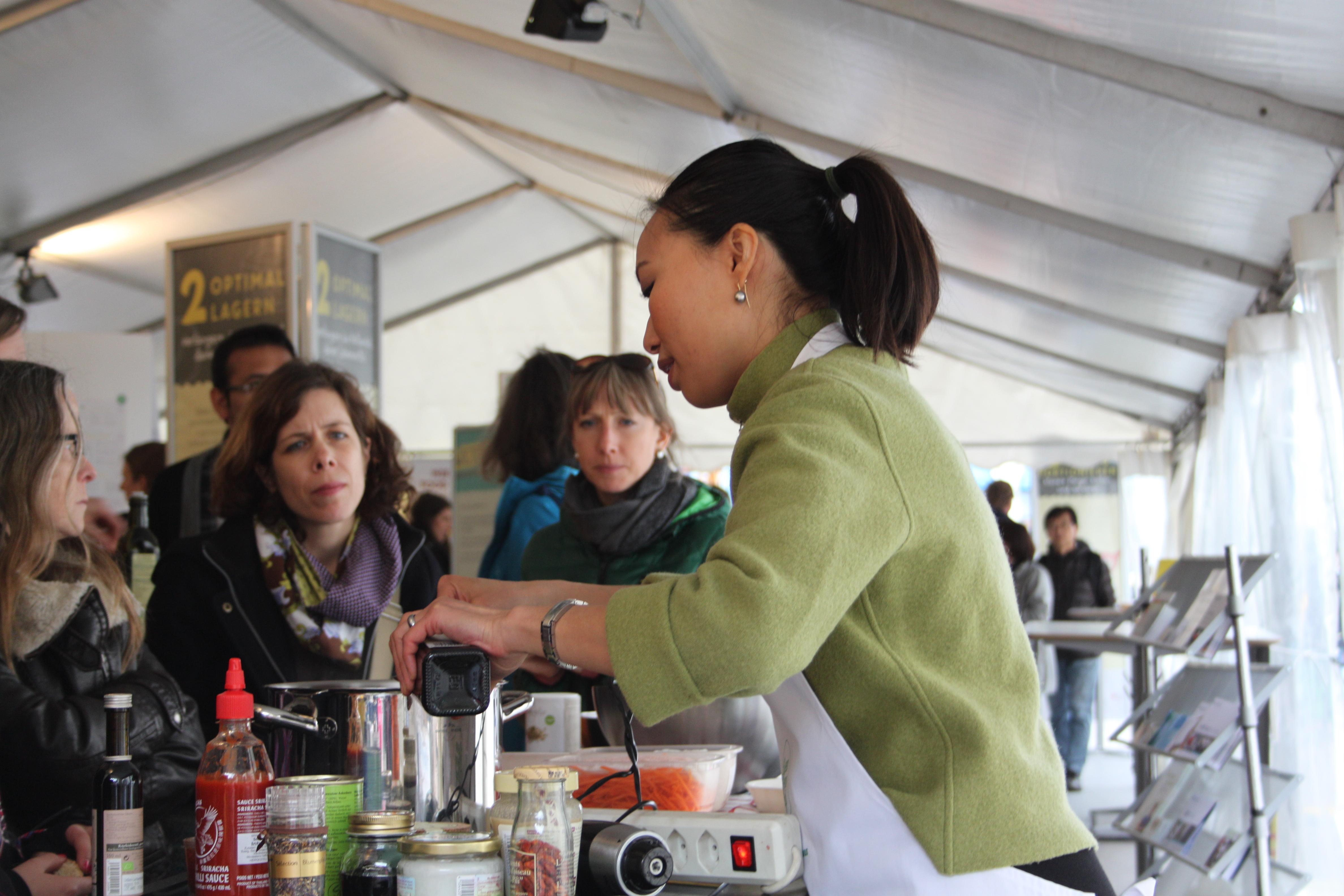 Etwas Schwierigkeiten beim Zuhören: Die von köstlichen Düften eingenebelten Zuhörer des Workshops «Bewusst-Kochen».