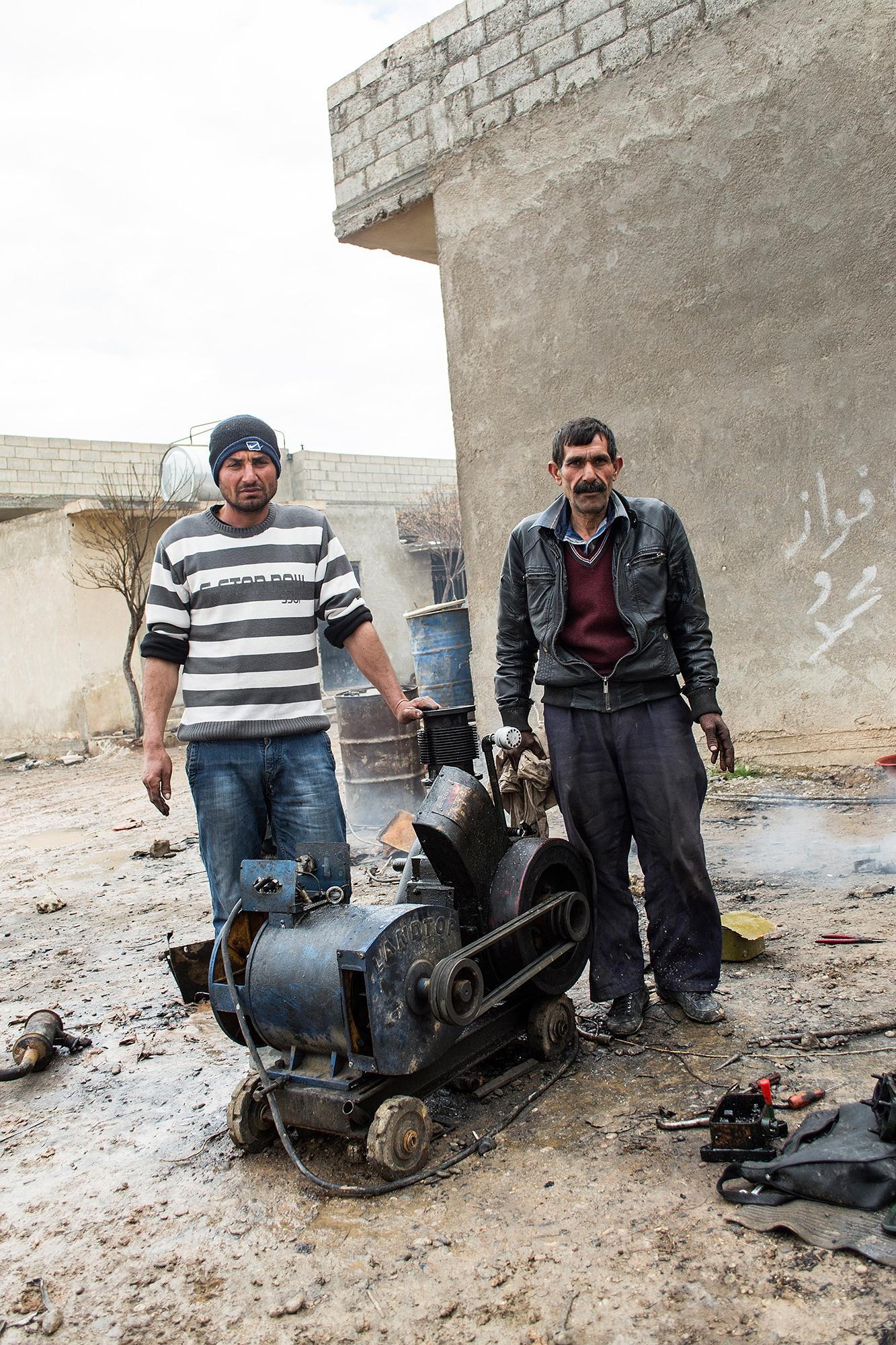 Haben Kinder Leichen wegschleppen gesehen: Hasan Ali (45, links) und Habesh Weys (50).