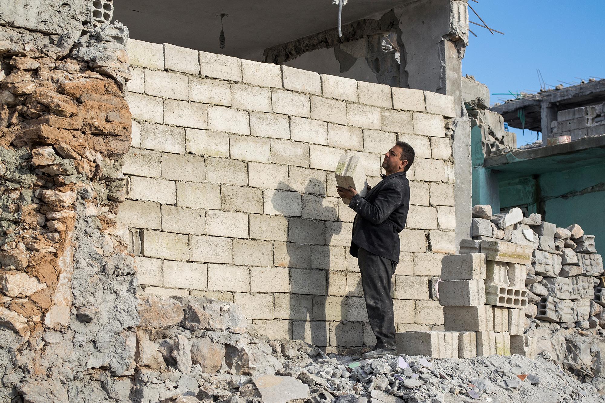 «Frei, stolz, glücklich»: Sabhey Hodin baut aus Trümmern sein Haus wieder auf.