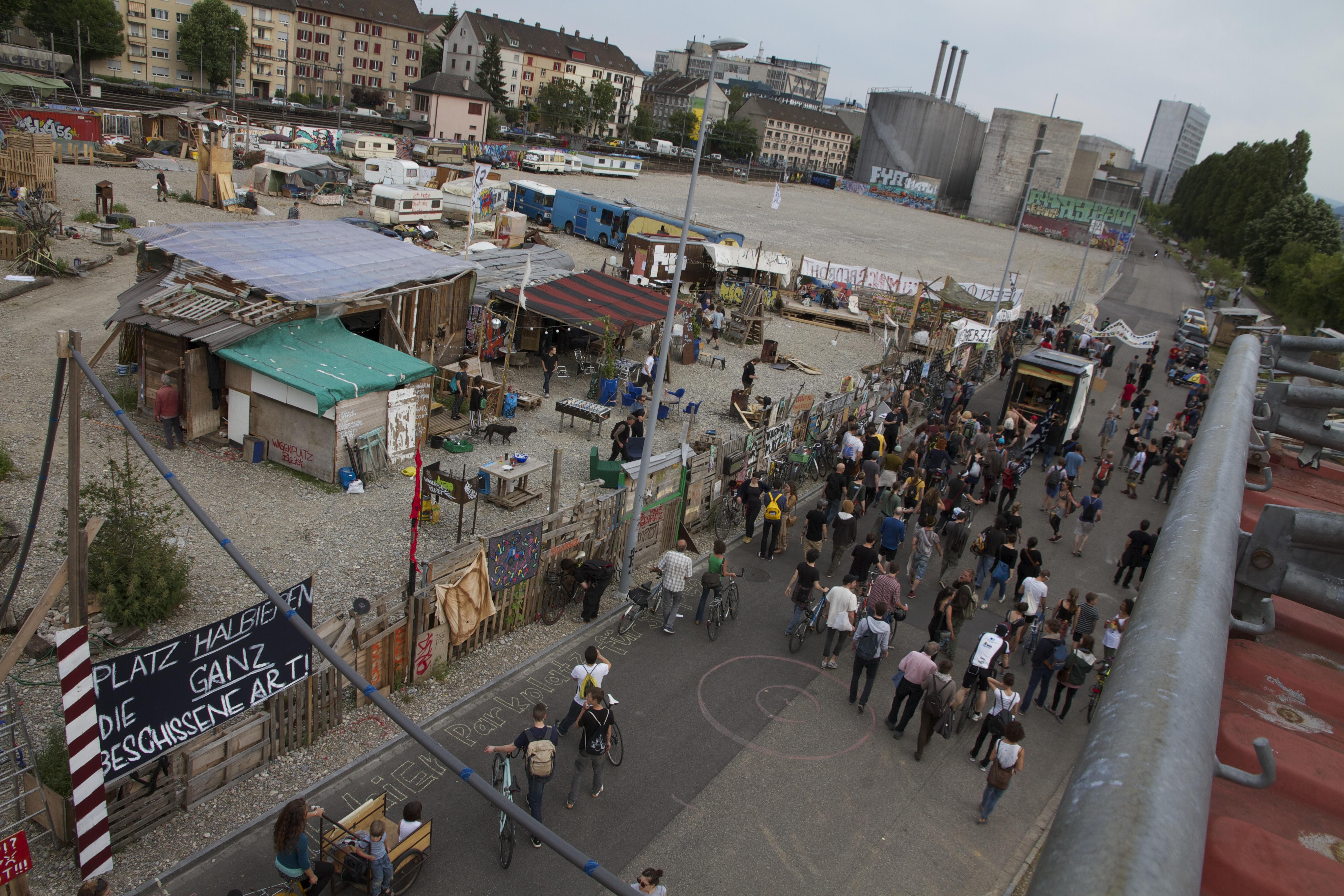 Ein Teil der Demonstranten kommt am Abschnitt des Wagenplatzes an, der bei der Reduktion, die von der Regierung gefordert wird, abgerissen werden müsste.