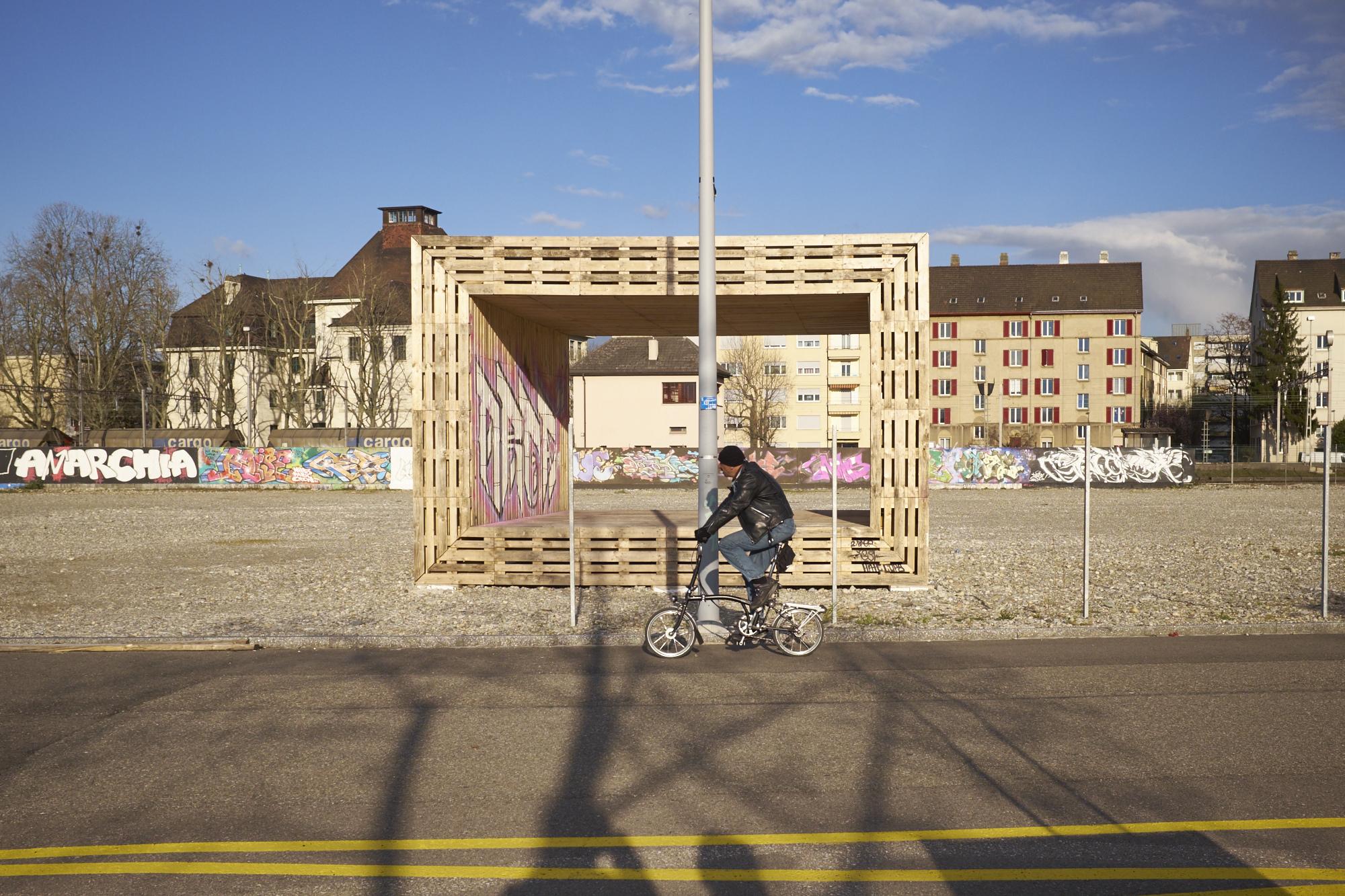 Ein Holzkubus symbolisiert das Projekt des Vereins Shift Mode und der Kunstmesse Scope auf dem ehemaligen Migrol-Areal, das im Sommer gebaut werden soll.