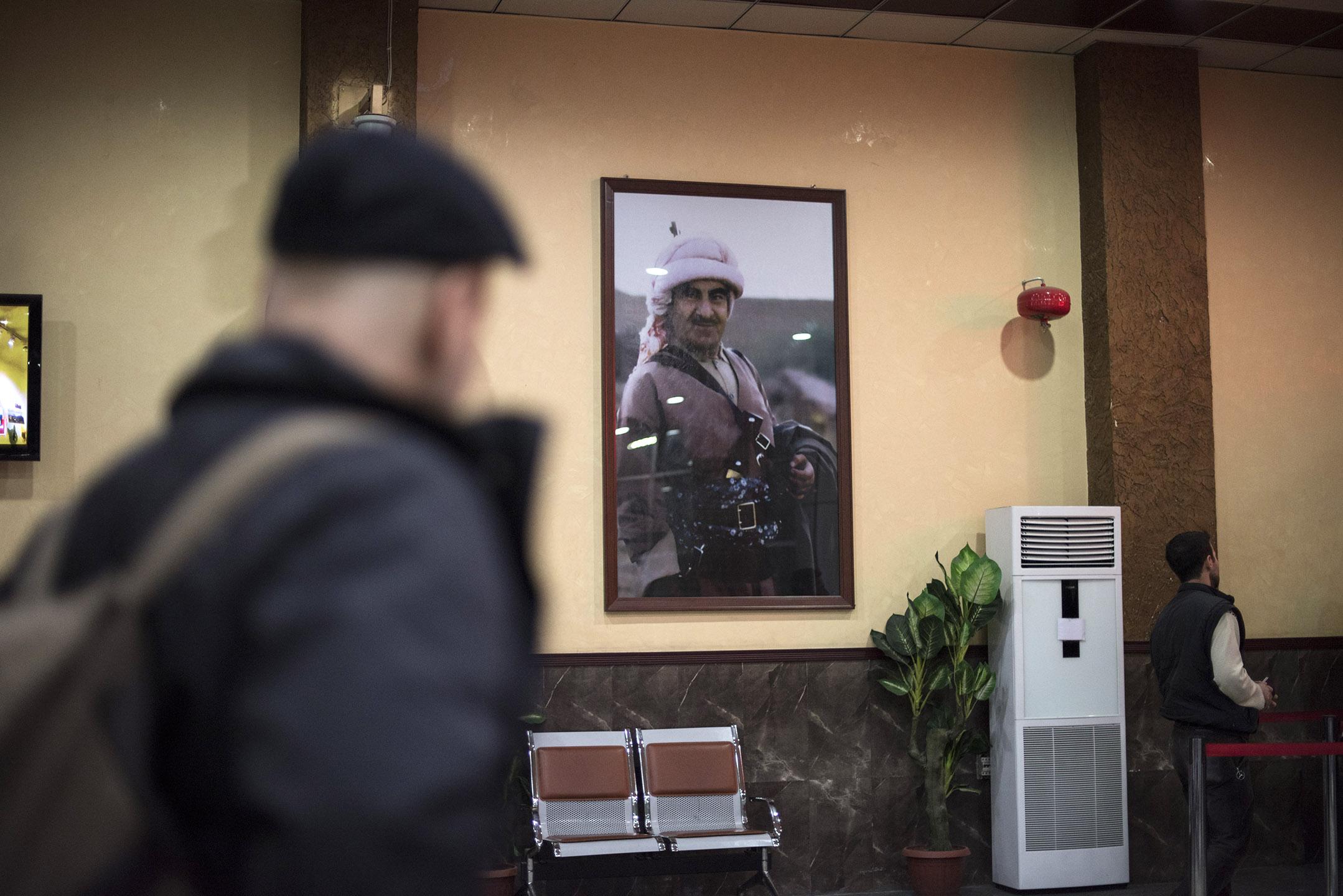 Grenzübergang Südtürkei-Kurdistan: Kein Innenraum ohne Poster des kurdischen Präsidenten Masud Barzani, oder, wie hier, seinem Vater Mustafa Barzani.