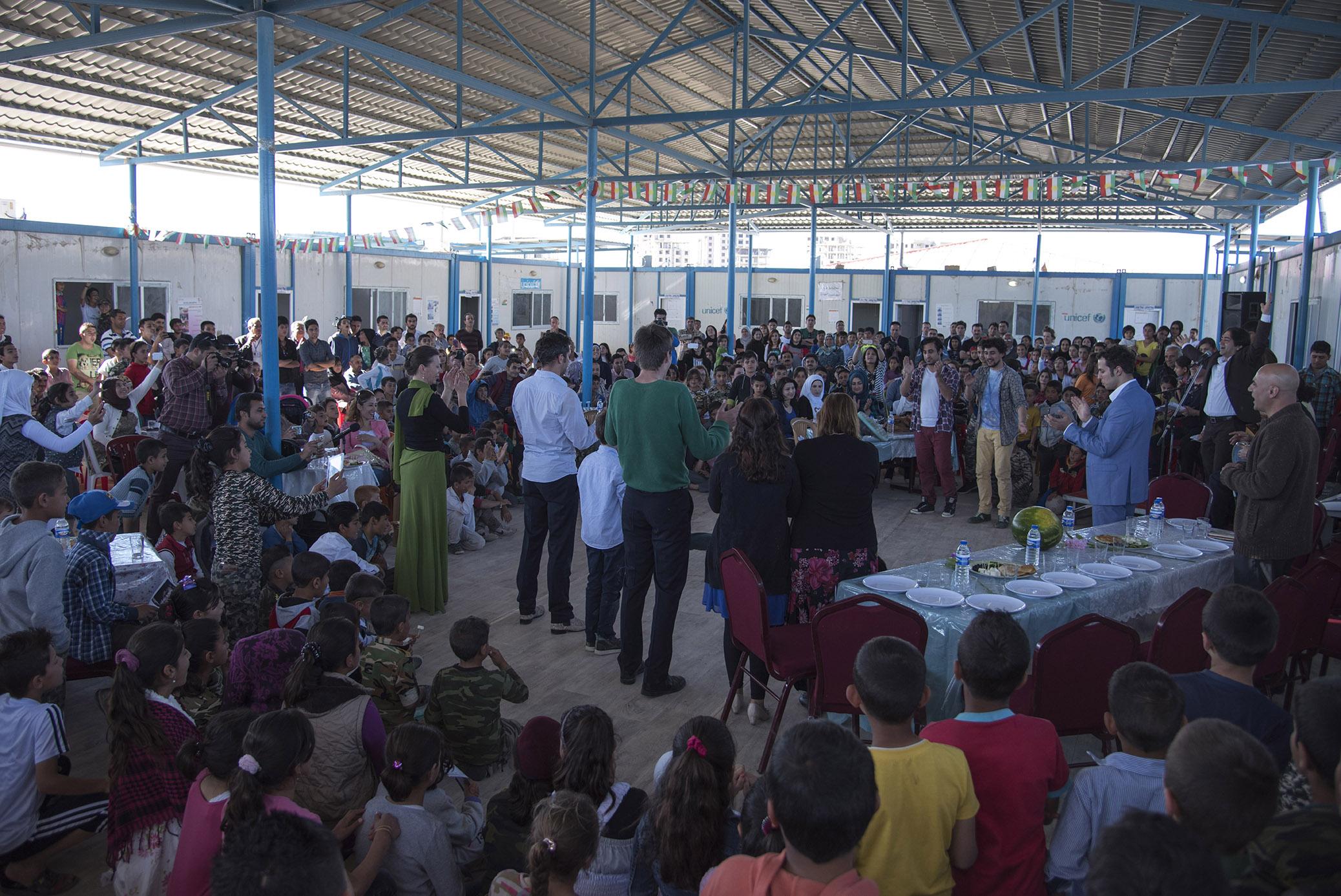 Volles Haus, im wahrsten Sinne des Wortes: Aufführung in im Domiz Flüchtlingslager.