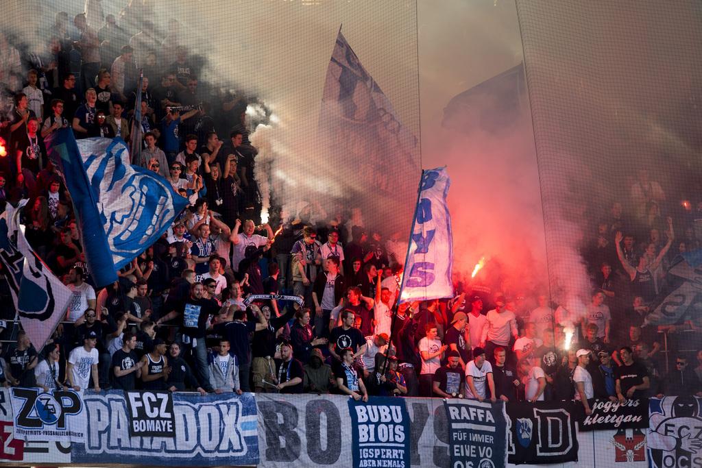 Die Zuercher Fans brennen Fackeln ab im Fussball Meisterschaftsspiel der Super League zwischen dem FC Basel und dem FC Zuerich im Stadion St. Jakob-Park in Basel, am Sonntag, 12. April 2015. (KEYSTONE/Georgios Kefalas)