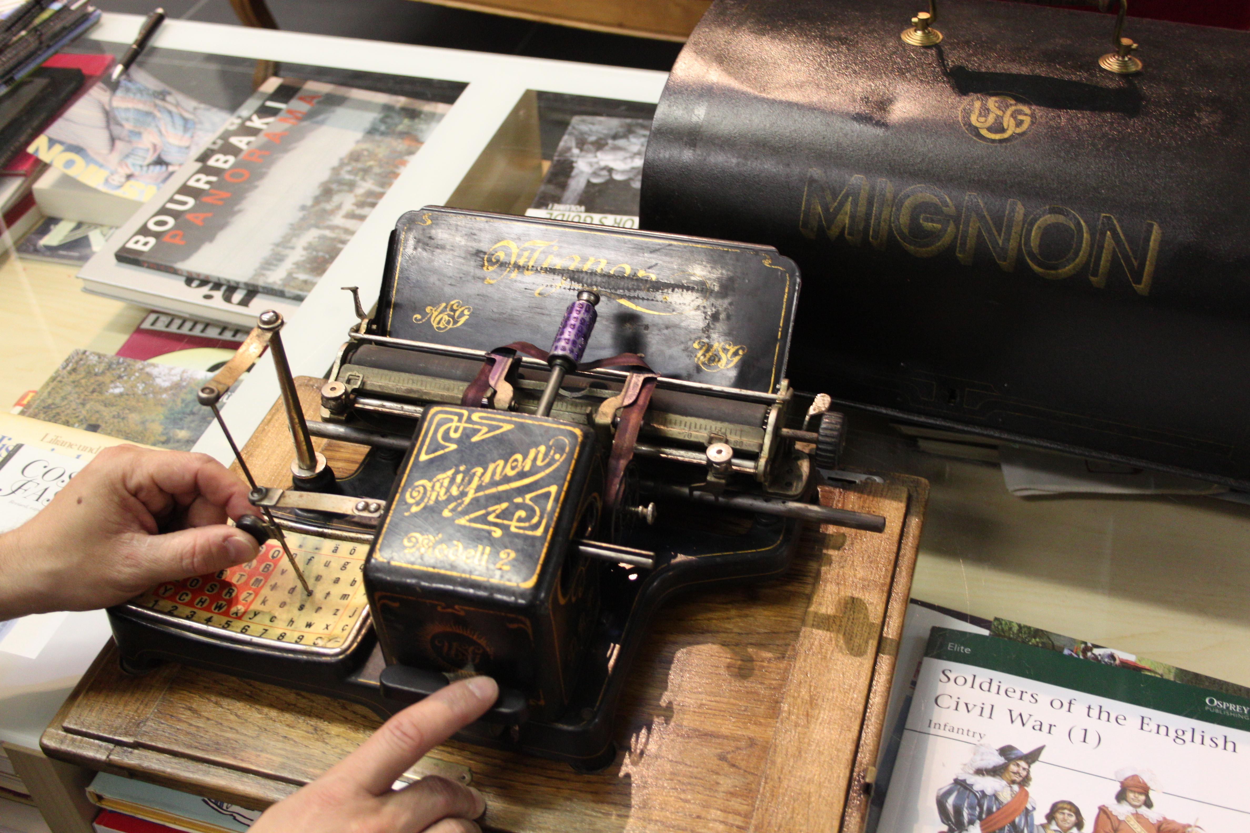 Im Fundus von Pat's Uniform- und Kostümverleih findet sich auch diese Mignon-Schreibmaschine. Gefertigt wurde sie kurz nach 1900.