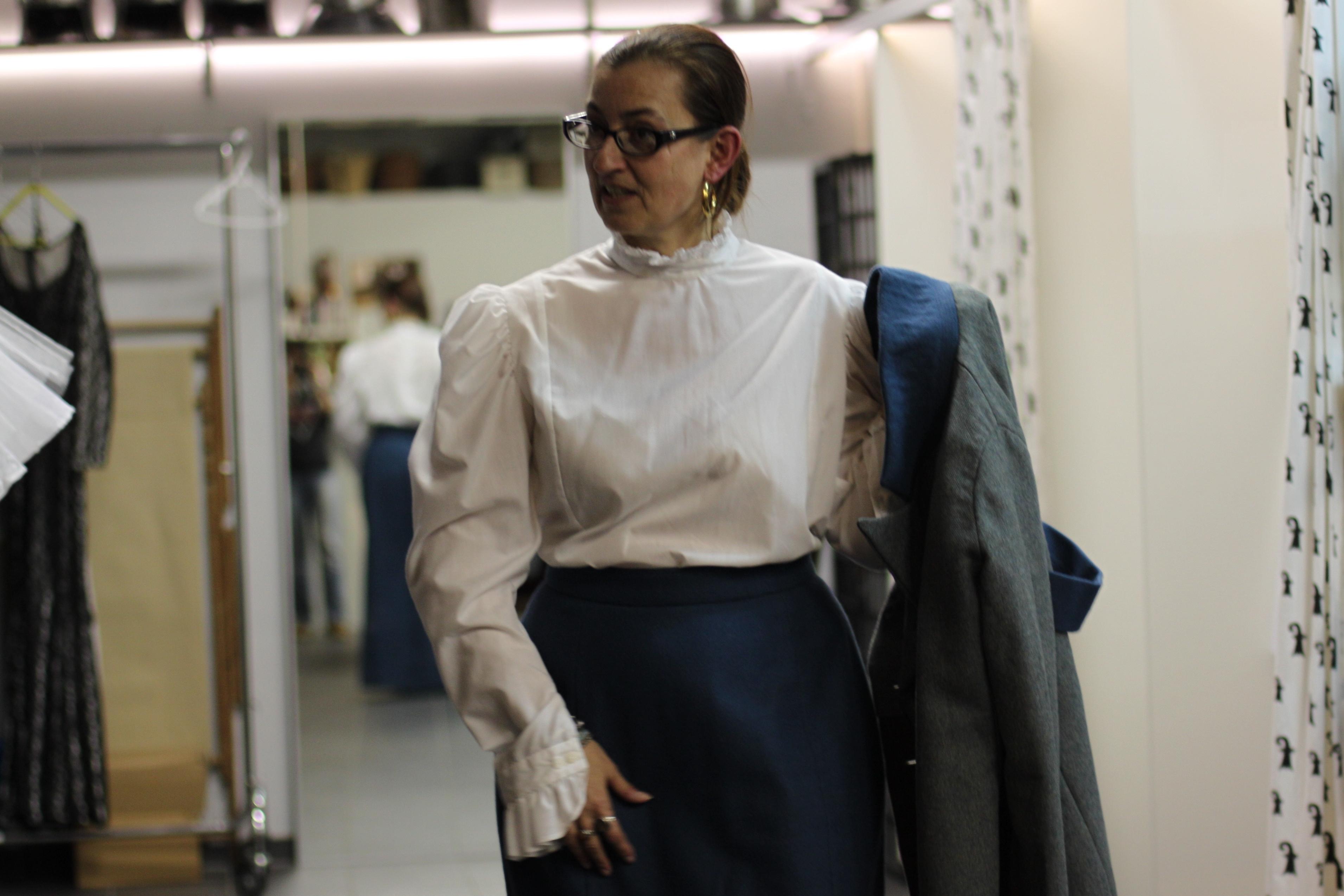 Knöchellanger Rock und weisse Bluse:einWinter-Outfit der Belle Epoque.