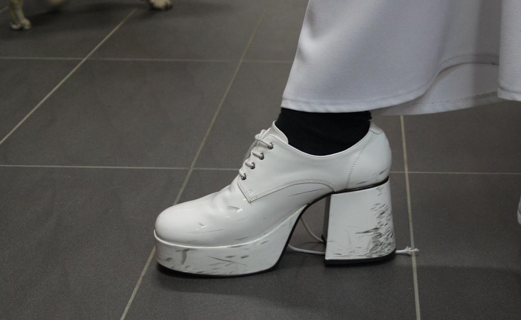 Darf beim 70er-Jahre-Look nicht fehlen: das passende Schuhwerk für den Herren.