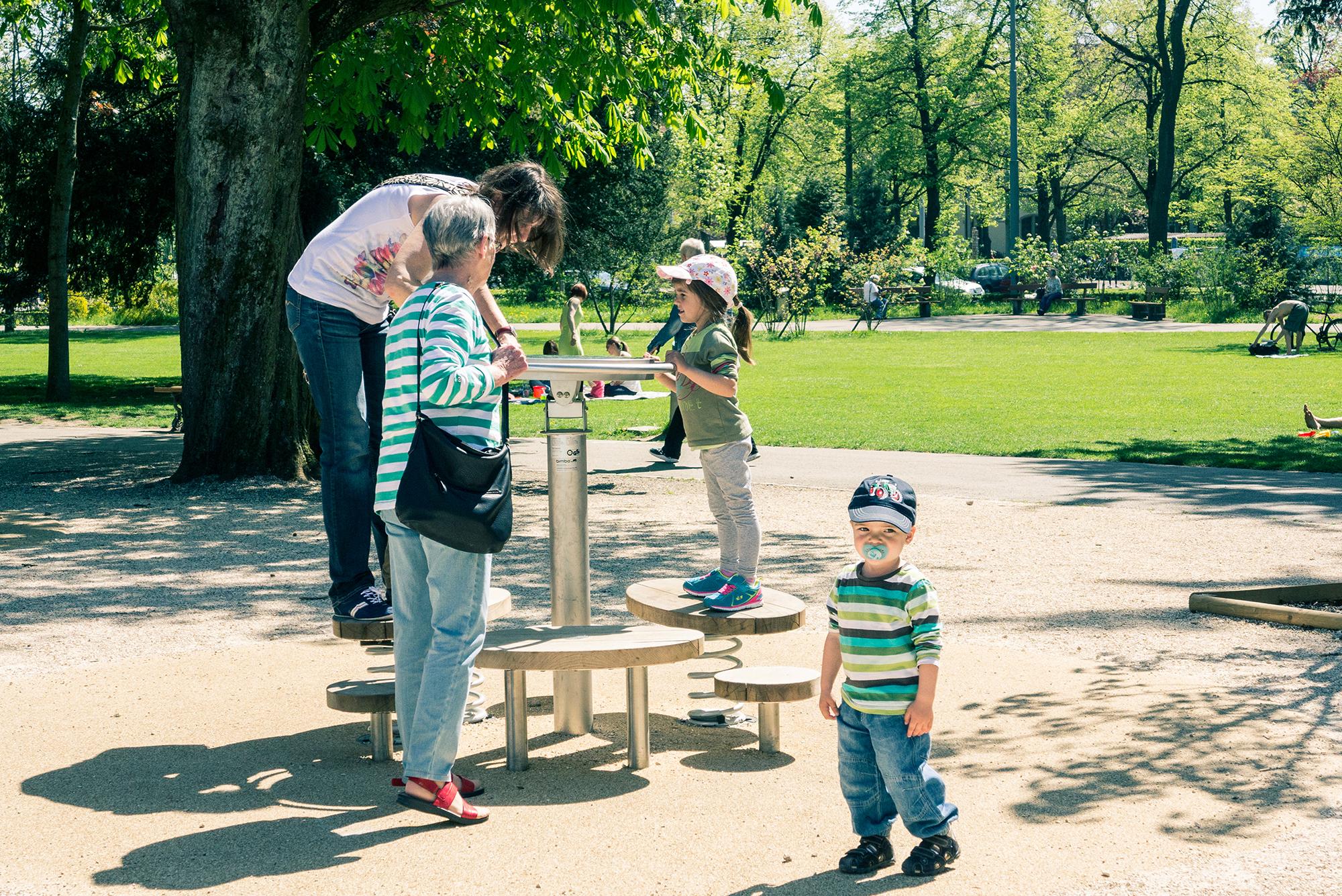 Noch etwas vorsichtig inspiziert das Grosi die neuen Spielgeräte im Schützenmattpark.