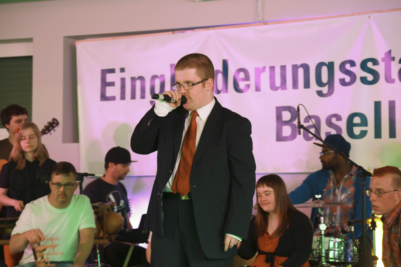 Ein Traum ist am Samstag wahr geworden: Simon – von der Eingliederungsstätte Baselland – singt ein Liebeslied.