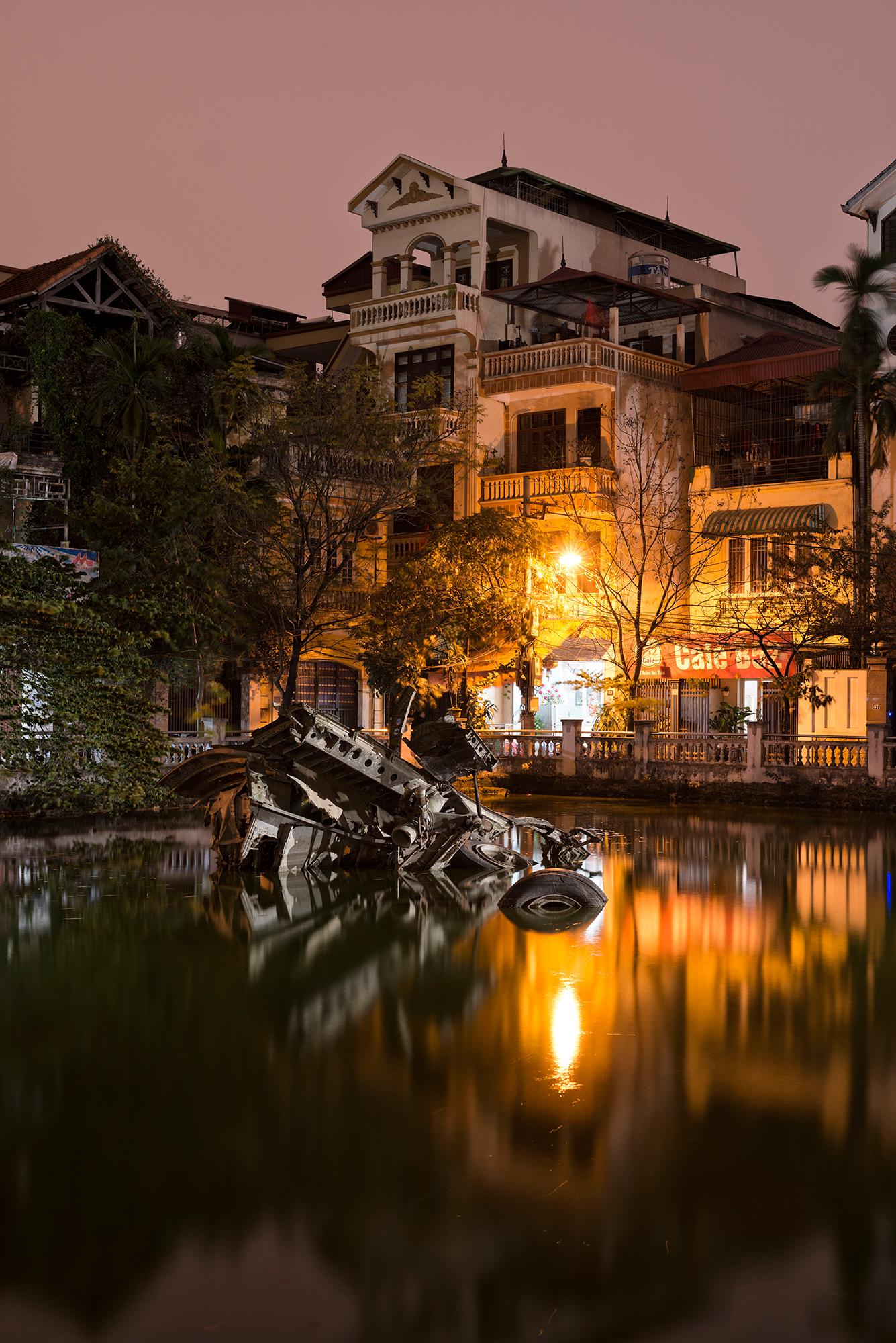 Skurrile Szenerie mitten in Hanoi: Überreste eines B-52 Bombers im Hu-Tiep-See.