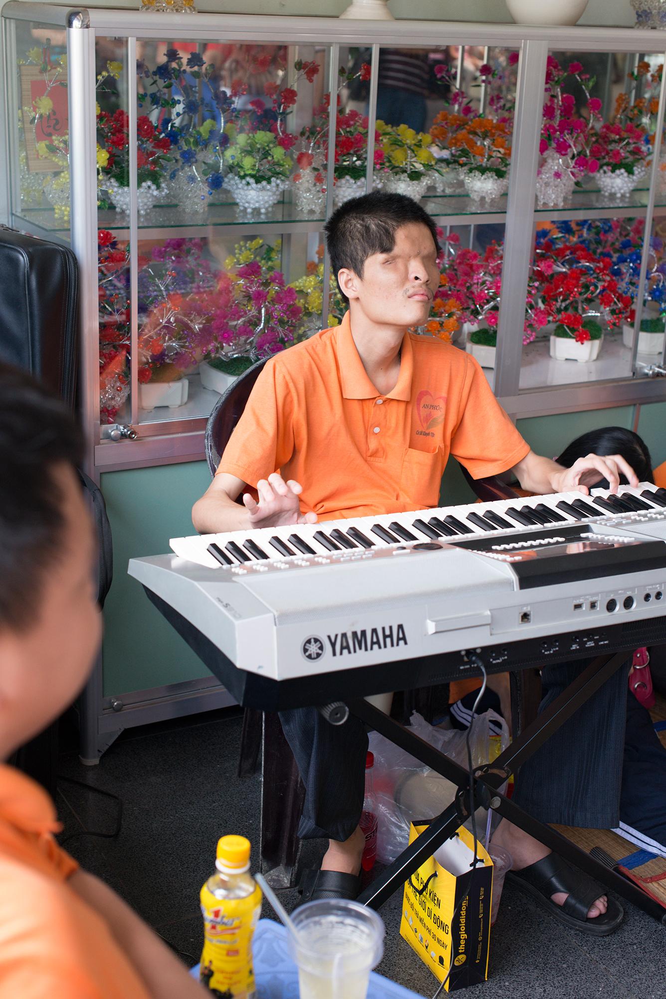 Ho-Chi-Minh-City: Im Kriegmuseum spielen behinderte Musiker auf – späte Opfer des Agent-Orange-Gifteinsatzes der Amerikaner.