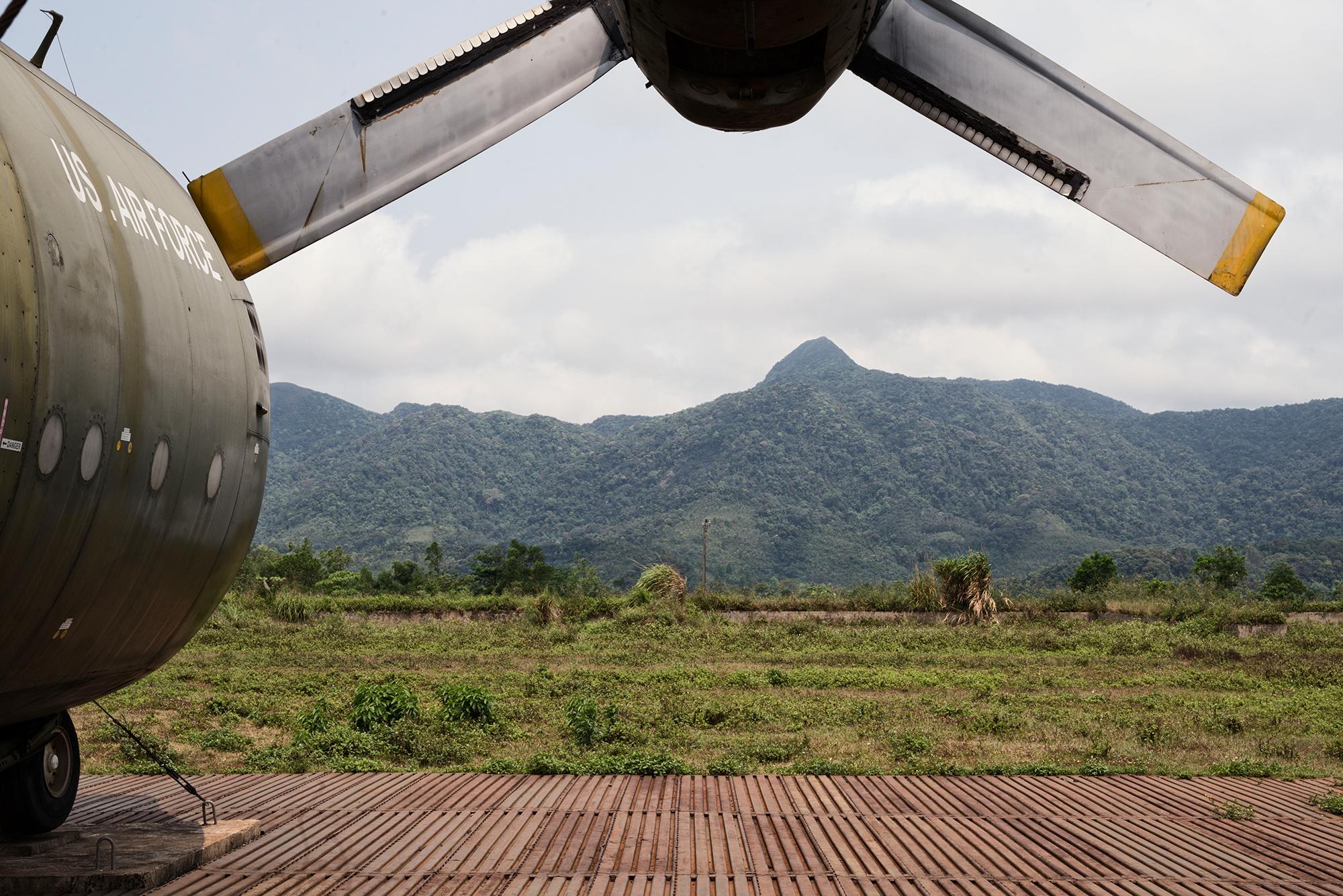 US-Transportflugzeug Hercules C-130 auf der ehemaligen Basis der US-Marines. Die Schlacht um Khe Sanh fand vom 21. Januar bis 9. Juli 1968 statt.
