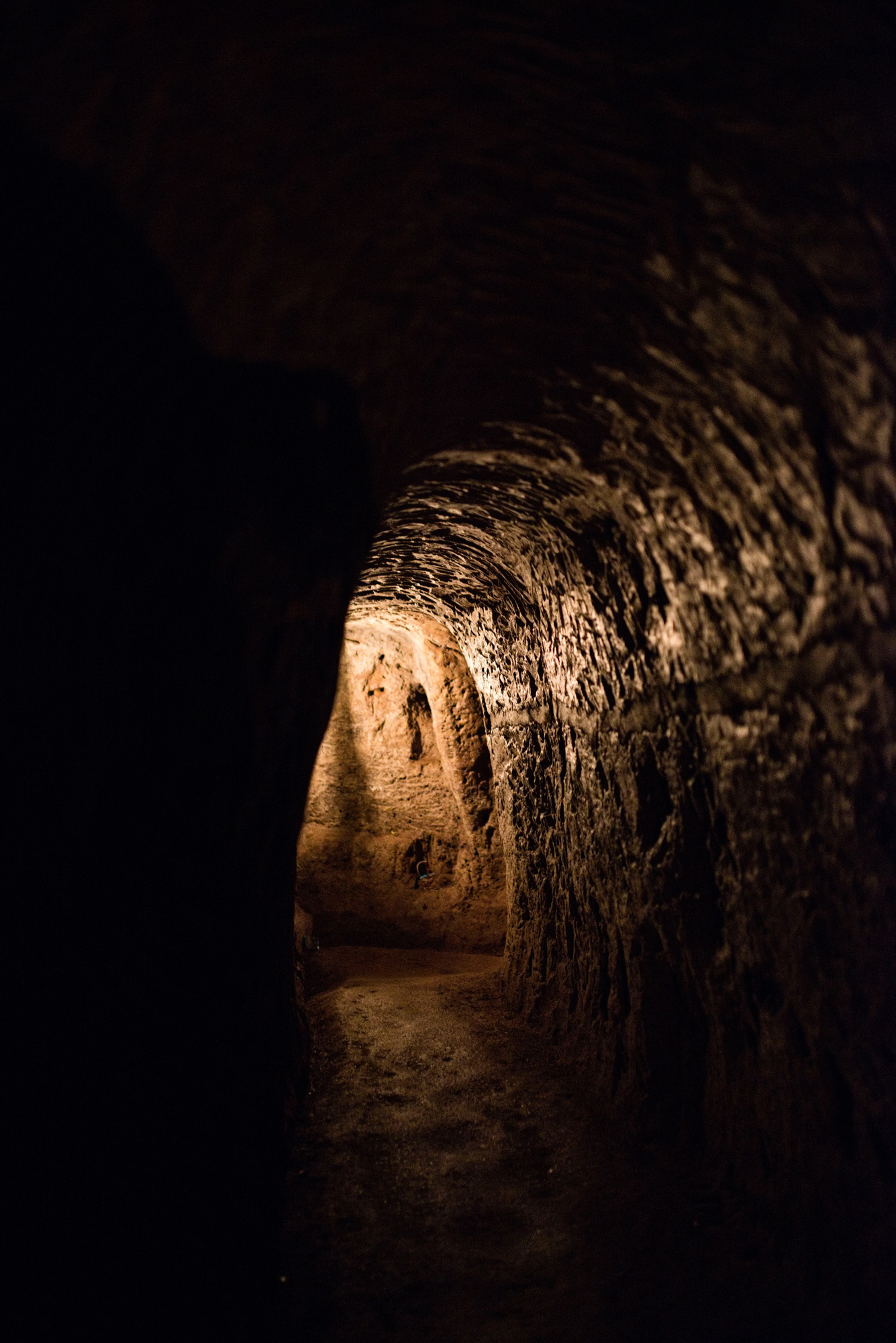 Zwischen 1963 und 1968 entstand ein System von etwa 40 Kilometern Länge, das auf drei Etagen bis acht Meter tief reichte.