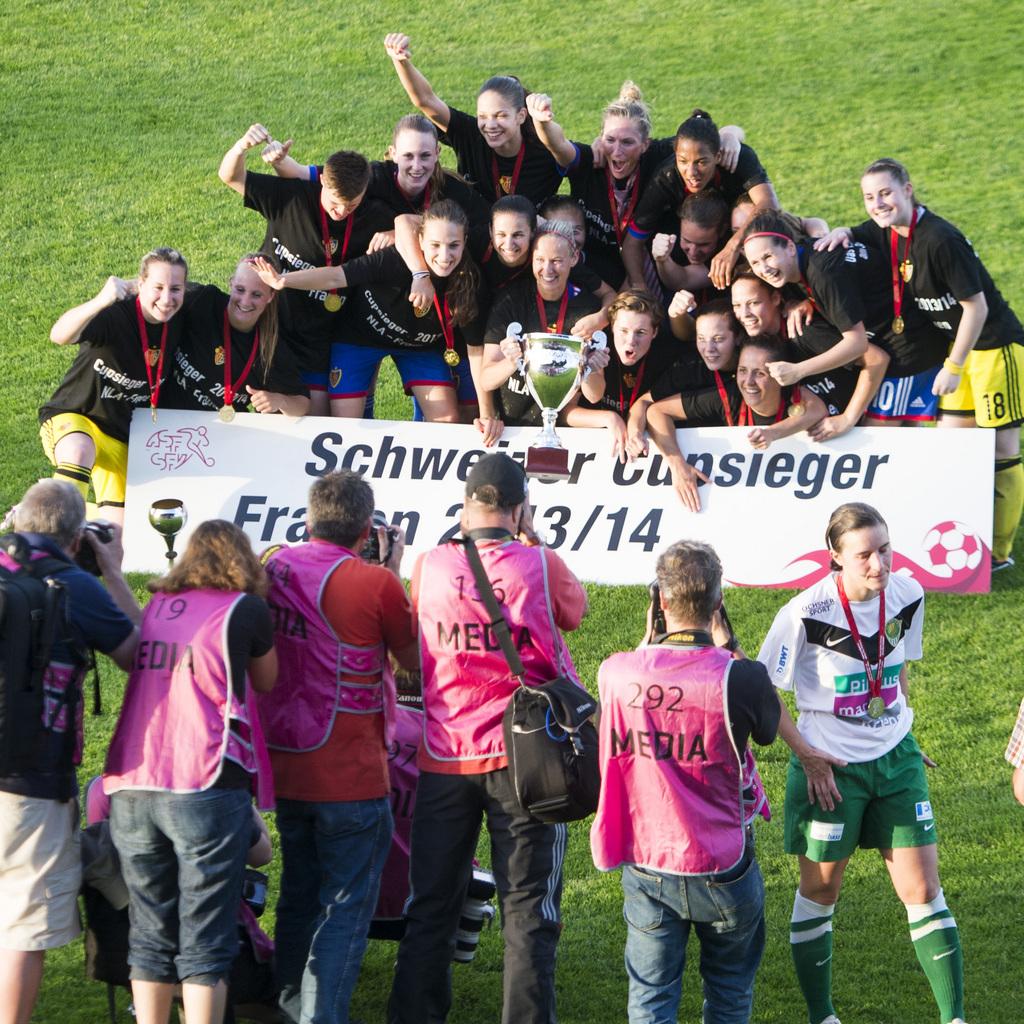 Die Frauen des FC Basel feiern den Titelgewinn nach dem Frauen Fussball Schweizer Cup Finalspiel zwischen Kriens und Basel am Samstag, 7. Juni 2014, in Wohlen AG. (KEYSTONE/Sigi Tischler)