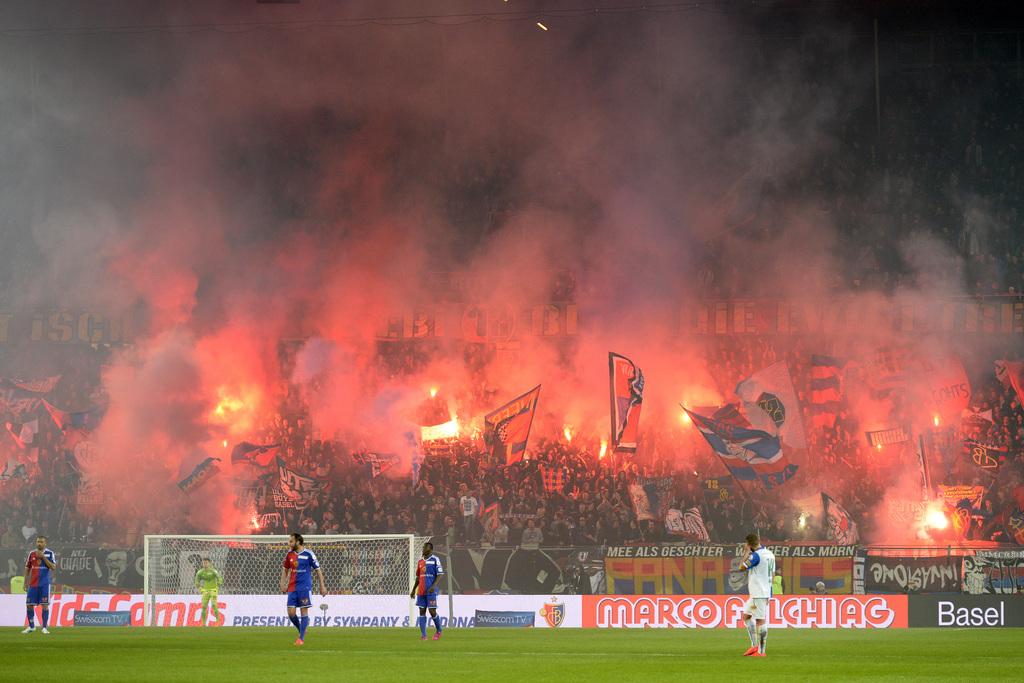 Die Basler Fans feiern das zweite Tor ihrer Mannschaft im Fussball Meisterschaftsspiel der Super League zwischen dem FC Basel und dem Grasshopper Club Zuerich im Stadion St. Jakob-Park in Basel, am Samstag, 2. Mai 2015. (KEYSTONE/Georgios Kefalas)
