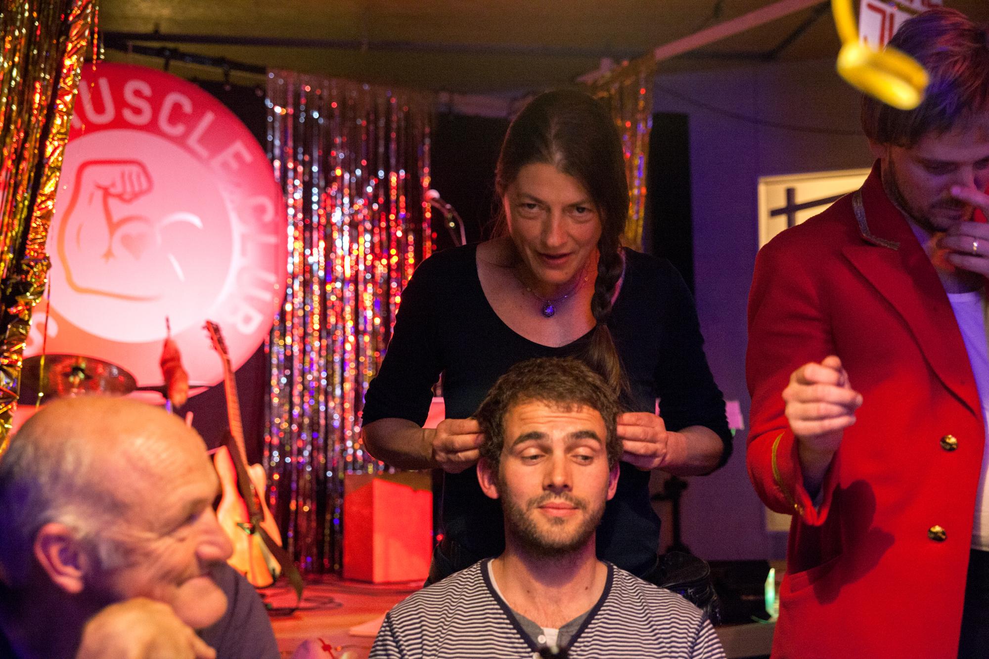 Einer der Gäste erhält eine Kopfmassage.