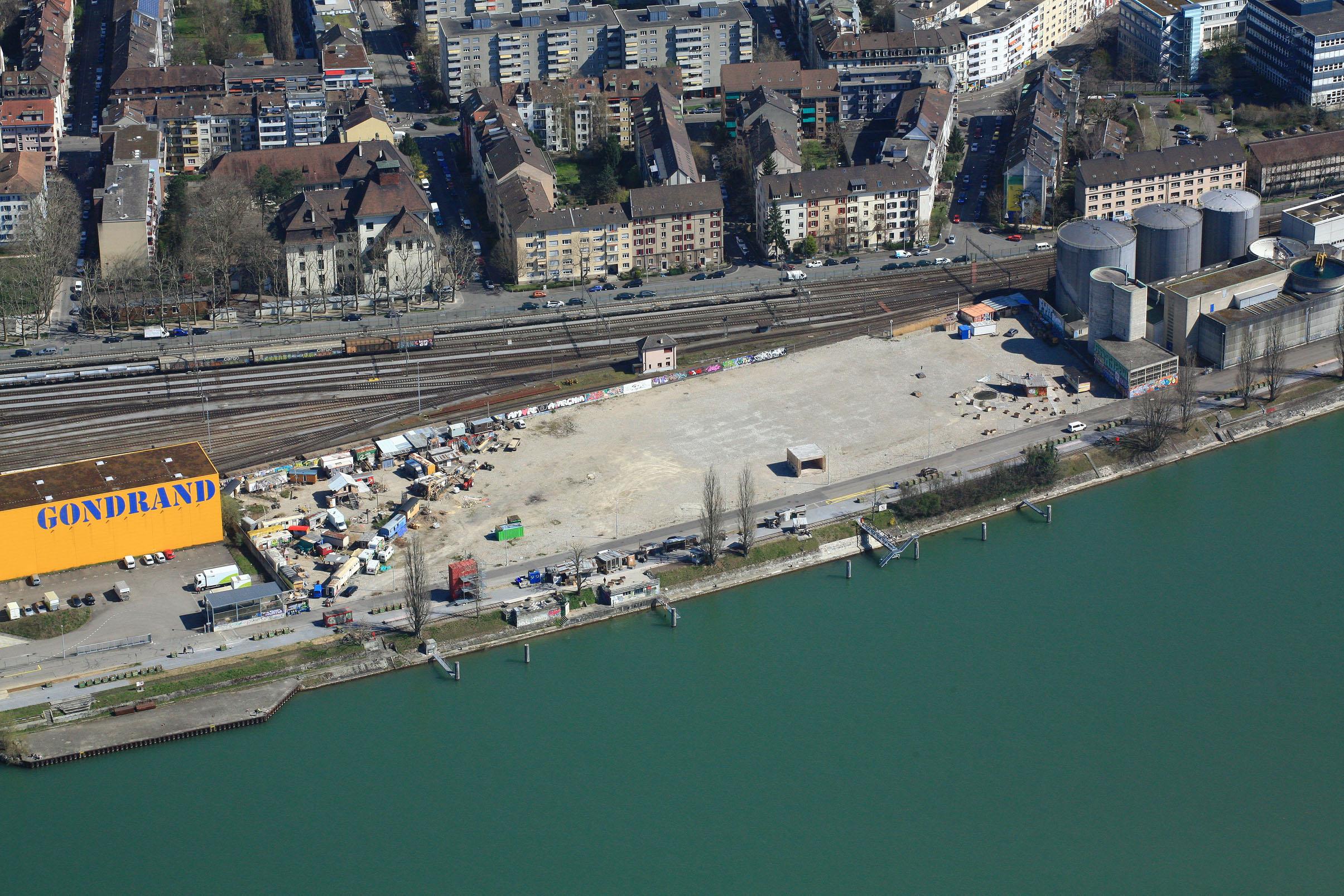 Schön gelegen am Rhein und doch ist die Lebensader weit weg: das Klybeck, getrennt von der Hafenbahn.