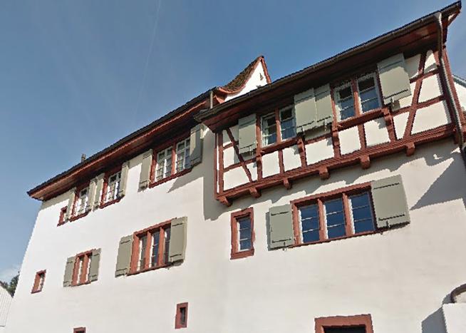 Das ehemalige Pfarrhaus an der Hauptstrasse in Münchenstein.