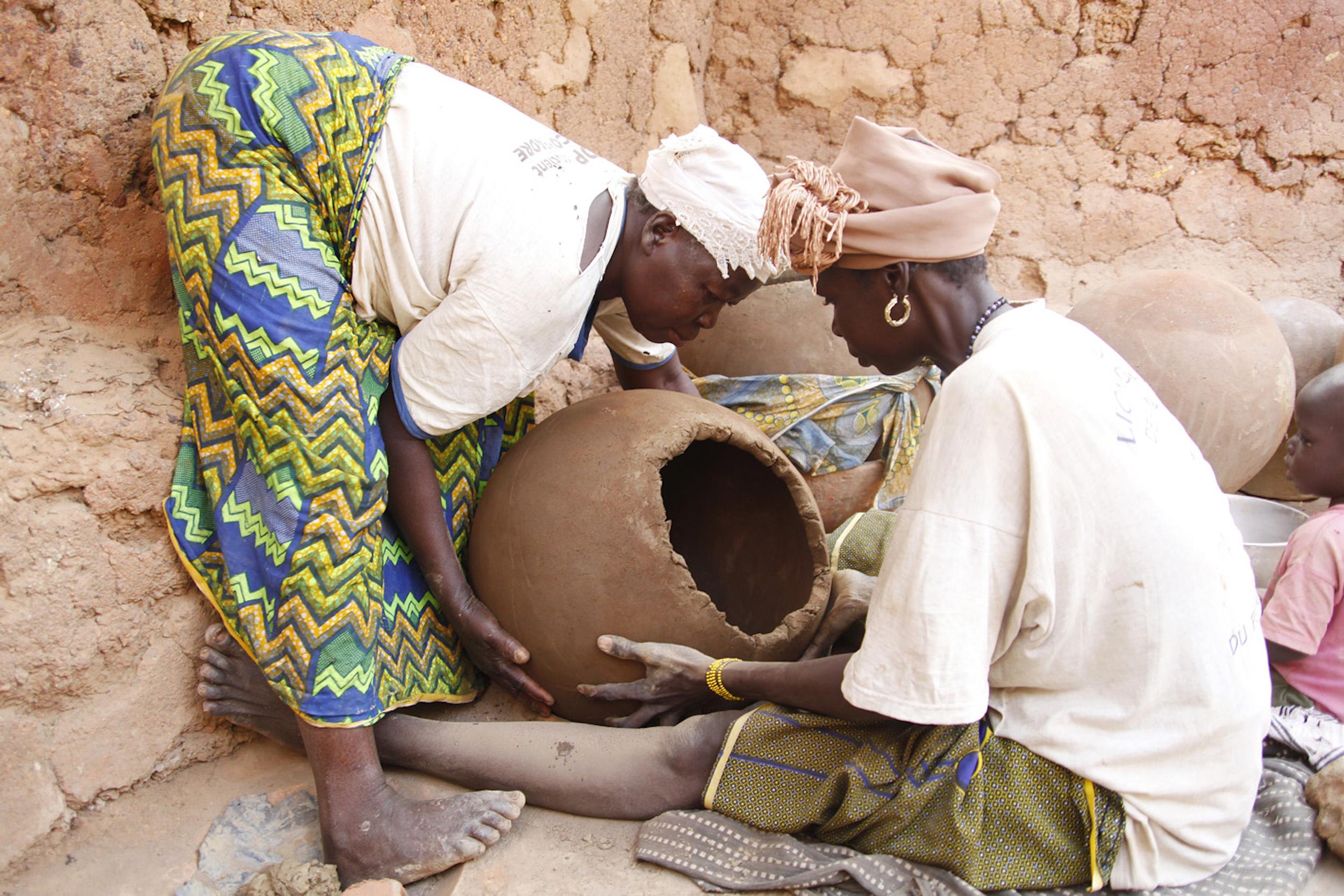 Zwei Frauen betrachten den Tonkrug. Dieser sollte bald als Kühler für Früchte und Gemüse dienen.