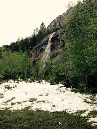 Der schmelzende Schnee stürzt in Wasserfällen die Felswände hinunter.