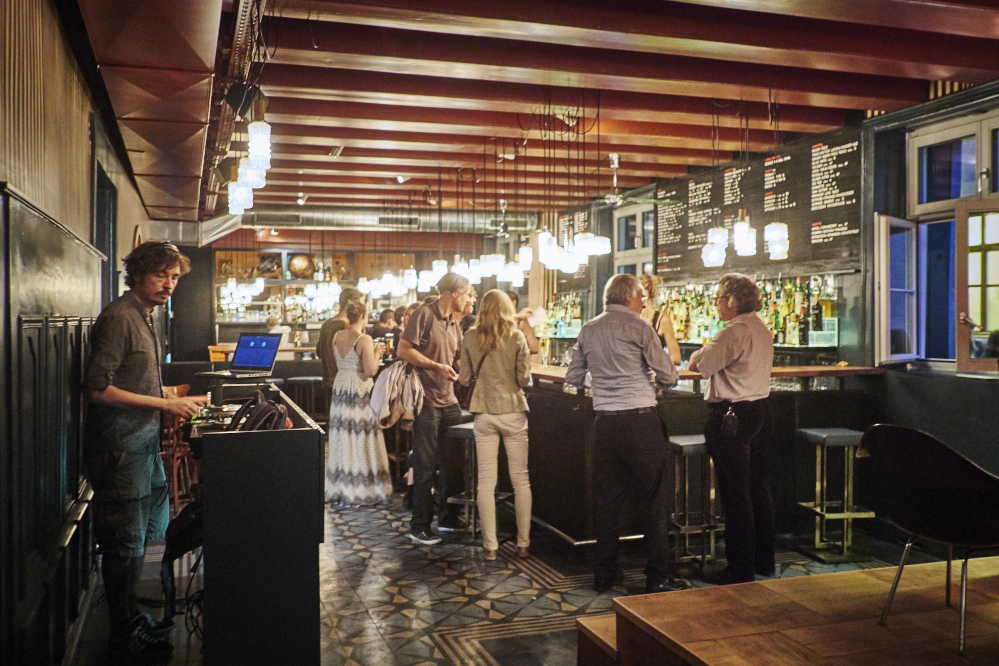 Die neue Bar wirkt grosszügig und hell.