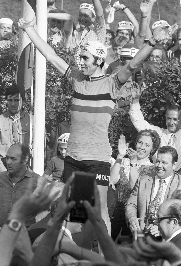ZUM 70. GEBURTSTAG DER BELGISCHEN RADSPORT-LEGENDE EDDY MERCKX AM MITTWOCH, 17. JUNI 2015, STELLEN WIR IHNEN FOLGENDES MATERIAL ZUR VERFUEGUNG - Eddy Merckx, der Sieger des Strassenrennens an der Rad-WM in der Kategorie Profis, laesst sich am 16. August 1971 in Mendrisio im Kanton Tessin von den Zuschauern feiern. (KEYSTONE/PHOTOPRESS-ARCHIV/Str)..