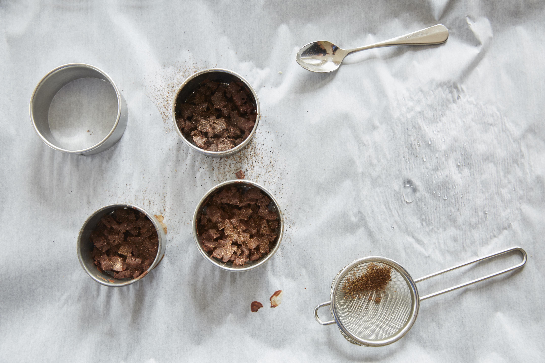 Das Schokoladen-Crumble wird mit Szechuan-Pfeffer oder einem Gewürz nach eigenem Gusto bepudert.