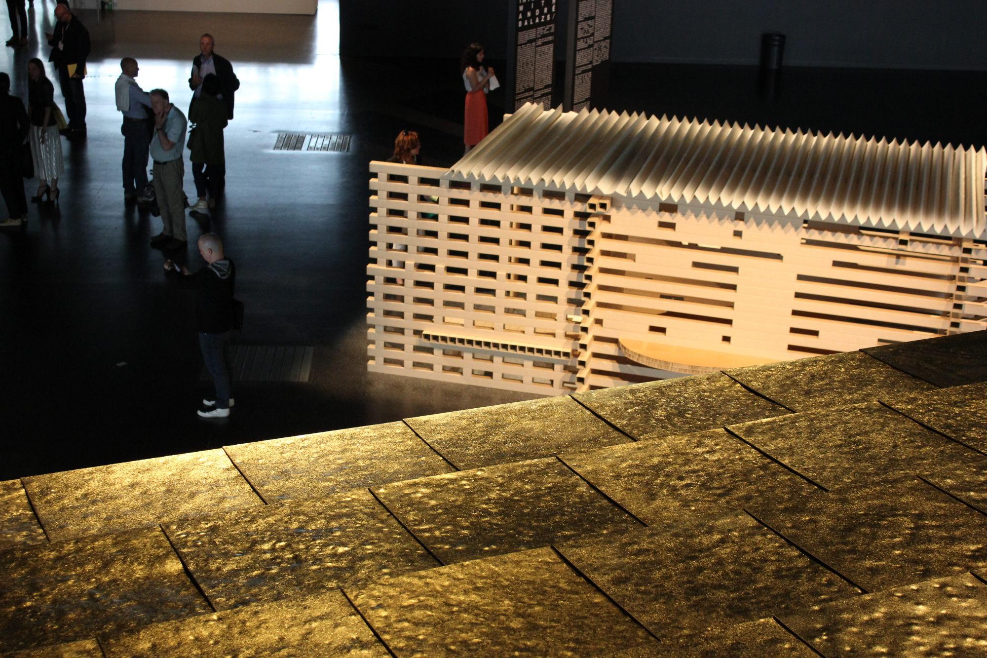 Shigeru Ban überträgt –zumindest aus westlicher Sicht – nicht ganz ironiefrei die japanische Holzarchitektur auf sein aus Karton und Papier bestehendes Teehaus. Im Vordergrund die Goldpanele von François' goldenem Haus.