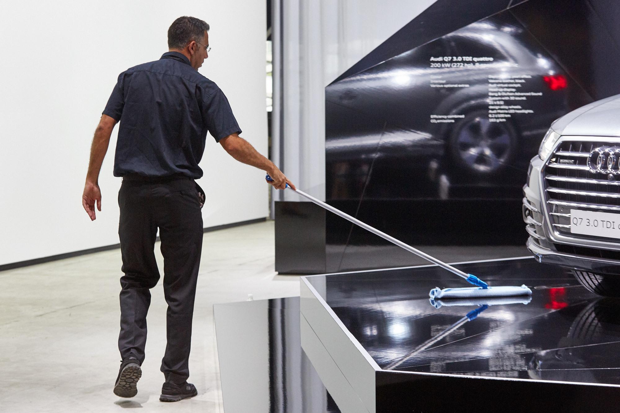 Dysfunktionalität – schwarz glänzende Flächen als Fussboden zeugen von fehlendem Designverständnis. Aber vielleicht ging es um die Schaffung von Arbeitsplätzen.