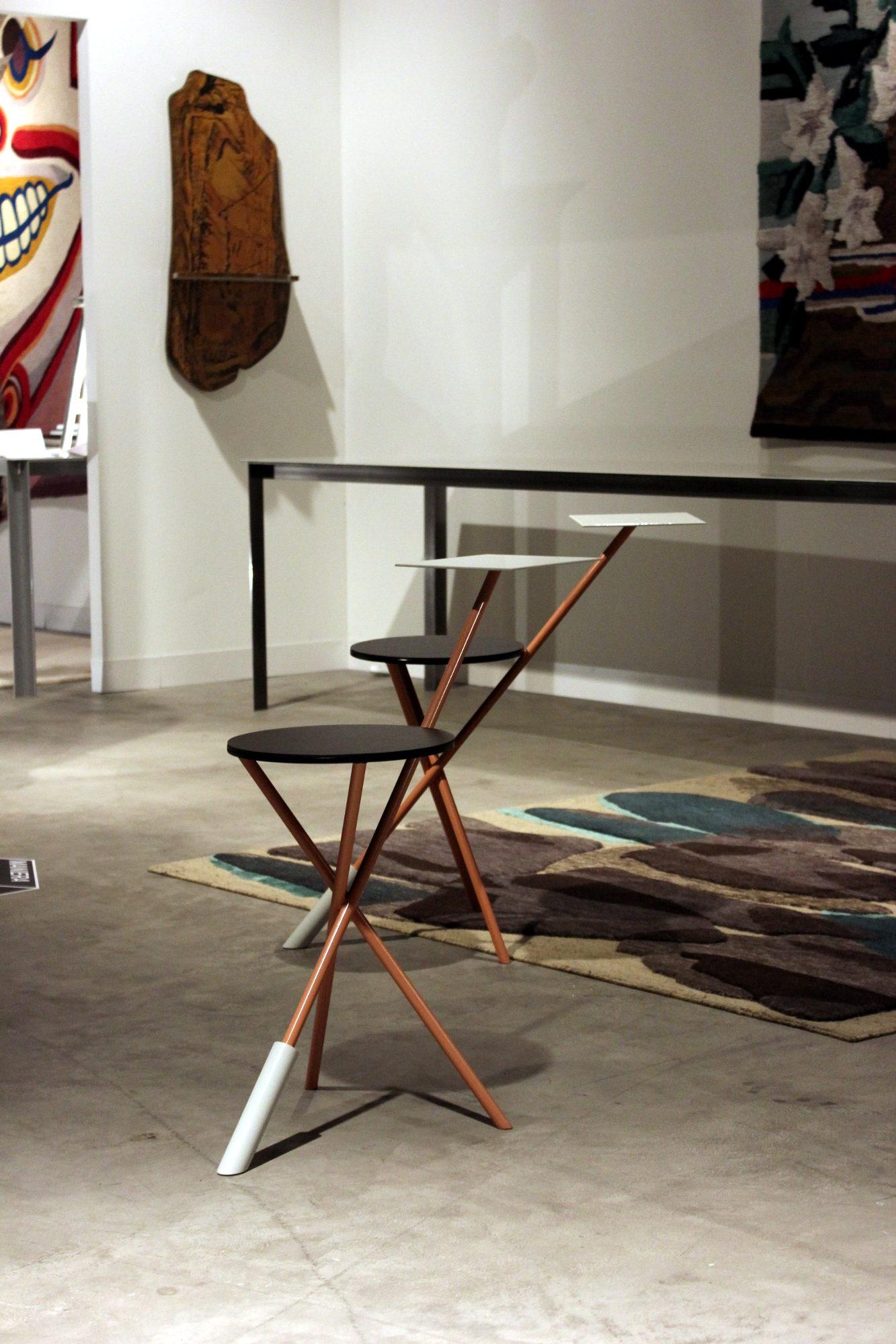 Dagegen hat der Solo Chair bei Maniera kaum eine Chance: Ausgehend von einem in der Moderne immer wieder auftauchenden Dreibeiner haben die Entwerfer eine kleine Tischfläche hinzugefügt, die durch das Gegengewicht am vorderen Fuss ausbalanciert wird.