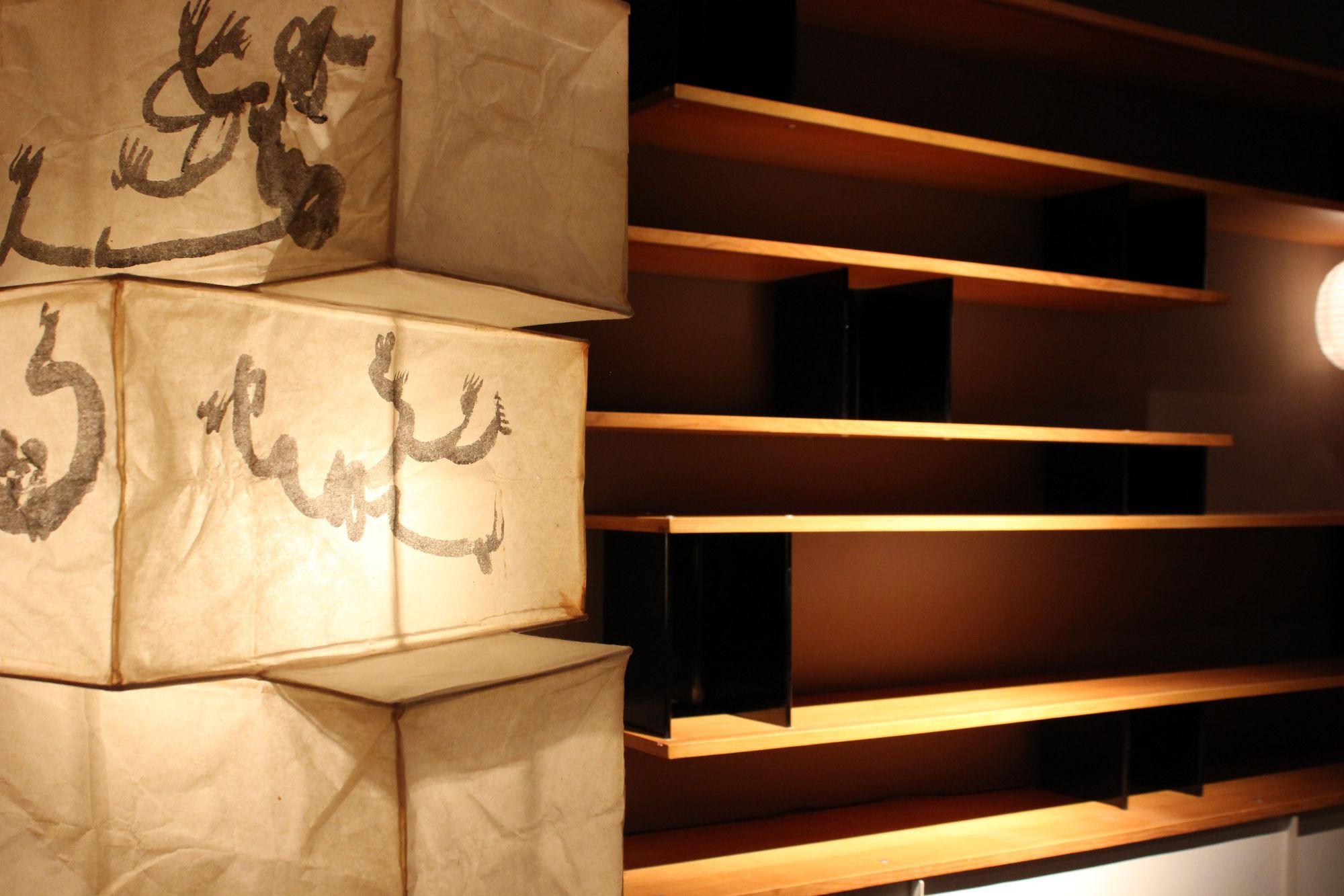 Laffanour zeigt japanisch inspirierte Interieurs von Charlotte Perriand mit seltenen Leuchten von Isamu Noguchi.