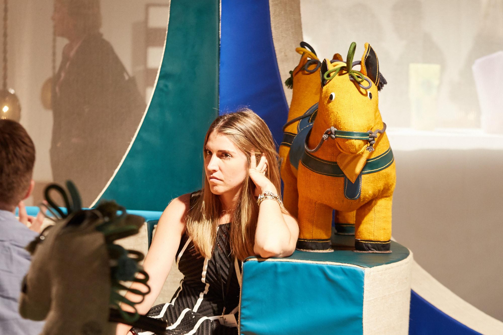 Renate Müller entwarf während DDR-Zeiten zahlreiche Spielsachen zu therapeutischen Zwecken. Für die Galerie R & Company hat sie die alten Zeiten aufleben lassen und einen modularen Spielplatz inklusive einer ganzen Pferdeherde geschaffen.