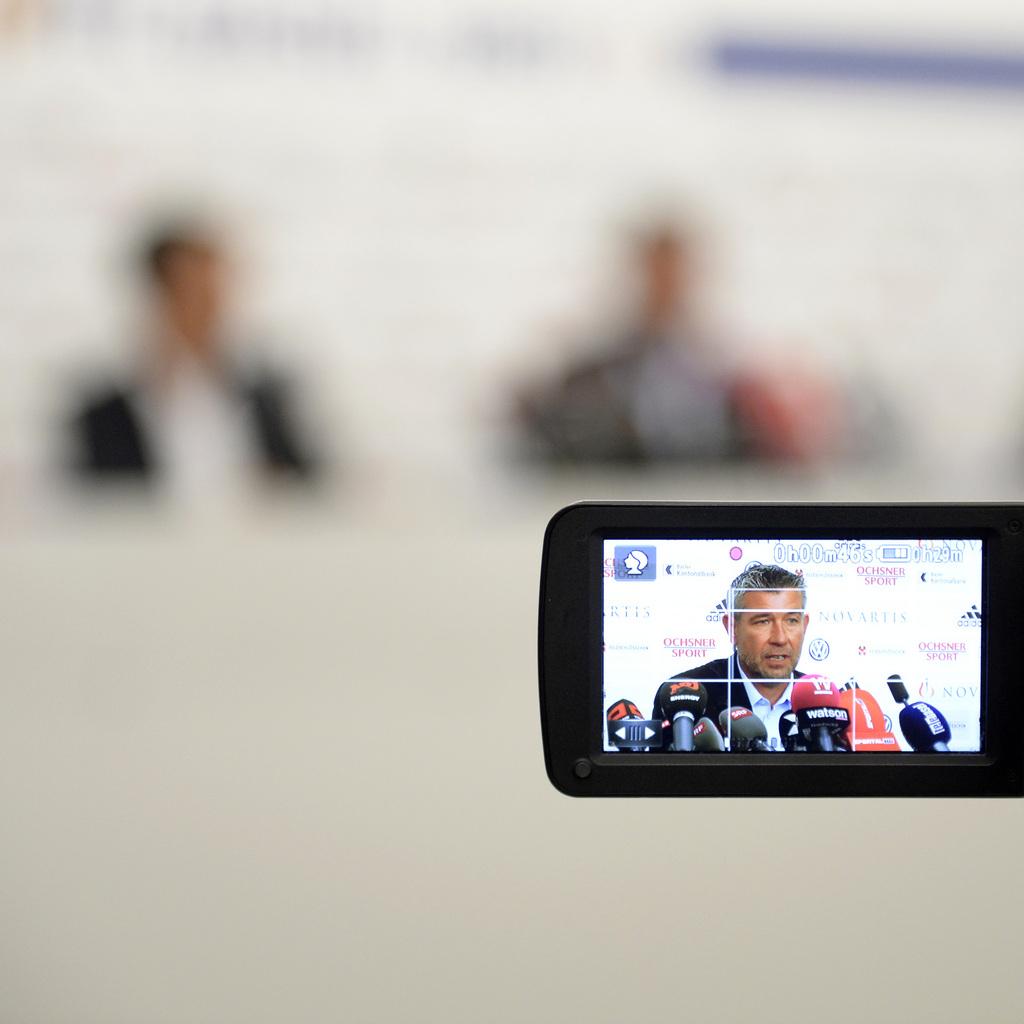 Urs Fischer wird als neuer Trainer des FC Basel vorgestellt, an einer Medienkonferenz des FCB in Basel, am Donnerstag, 18. Juni 2015. Der 49-jaehrige Zuercher folgt auf Paulo Sousa, dessen Vertrag der FCB am Mittwochabend auf Wunsch des Portugiesen nach nur einer Saison aufgeloest hat. Fischer erhielt einen Vertrag fuer zwei Jahre plus Option. Fischer war seit Januar 2013 Coach von Thun und fuehrte die Berner Oberlaender in drei Saisons zwei Mal in den Europacup. (KEYSTONE/Urs Flueeler)