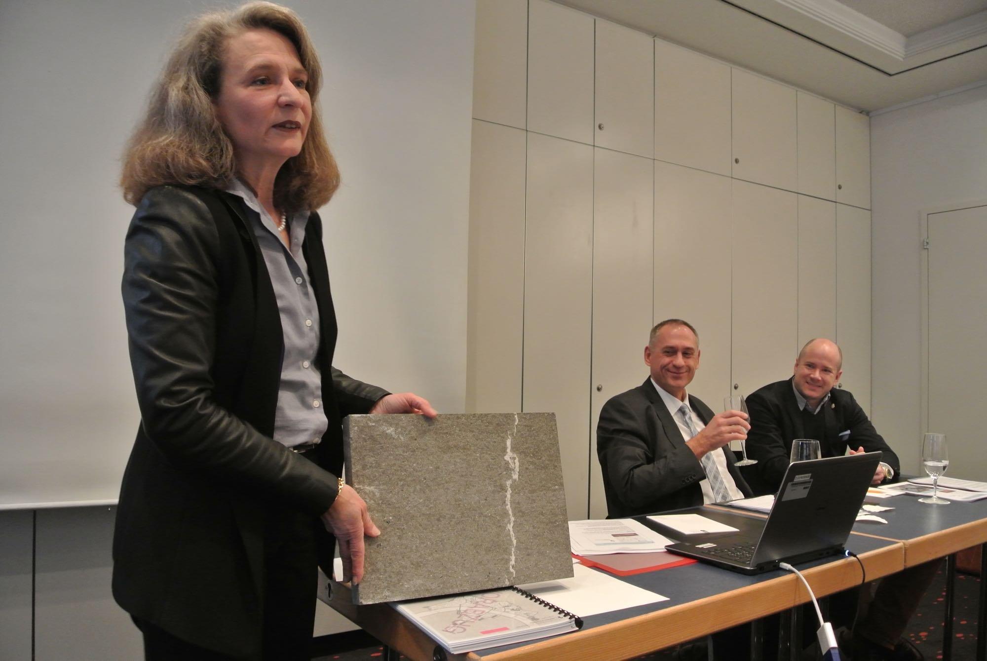 Das ist der zukünftige Belag der Grünpfahlgasse: Martina Münch, Leiterin Gestaltung Stadtraum im Planungsamt mit einer Platte aus Alpnacher Quarzsandstein.