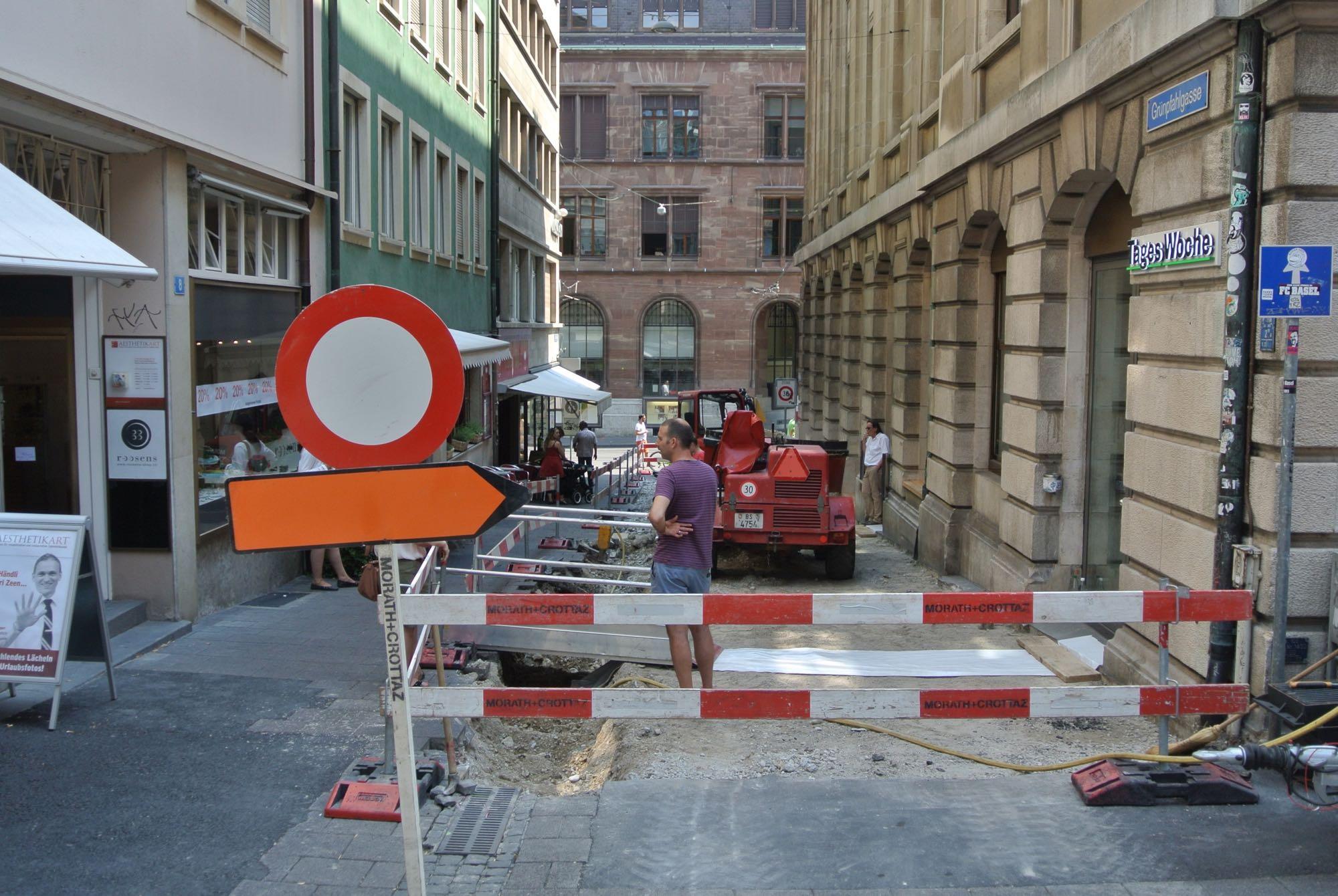 Die Grünpfahlgasse machte den Auftakt bei der Umsetzung des neuen Gestaltungskonzepts Innenstadt. Die Aufnahme stammt keine 24 Stunden nach Baubeginn.