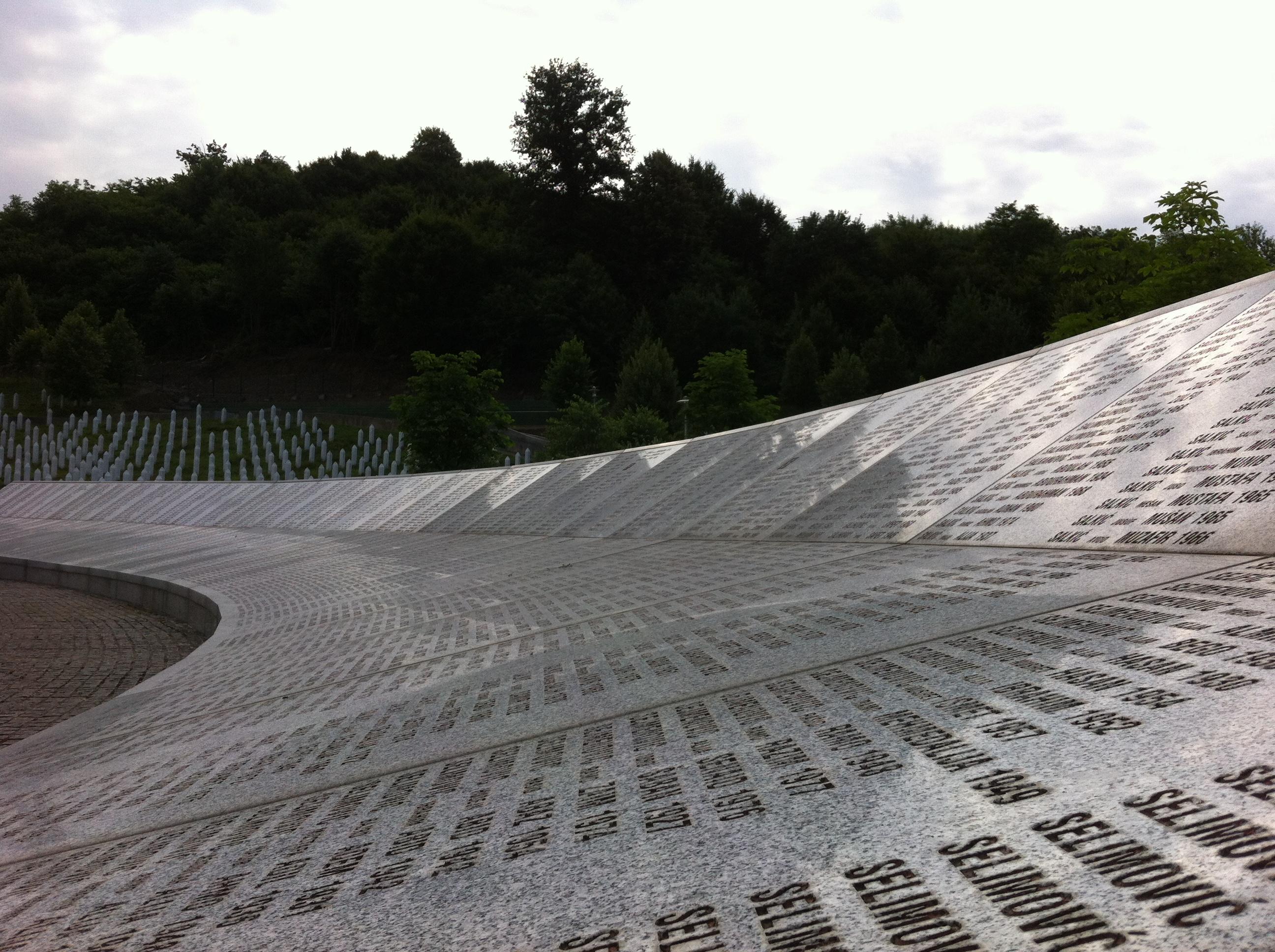 Eine schier endlose Tafel mit den Opfernamen stellt den Mittelpunkt des Gedenkfriedhofs von Potočari nahe Srebrenica dar.