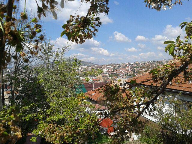 Blick über Sarajevo. Unweit der Hauptstadt haben die Pitarevićs nach dem Krieg einen bosnischen Neuanfang gewagt.