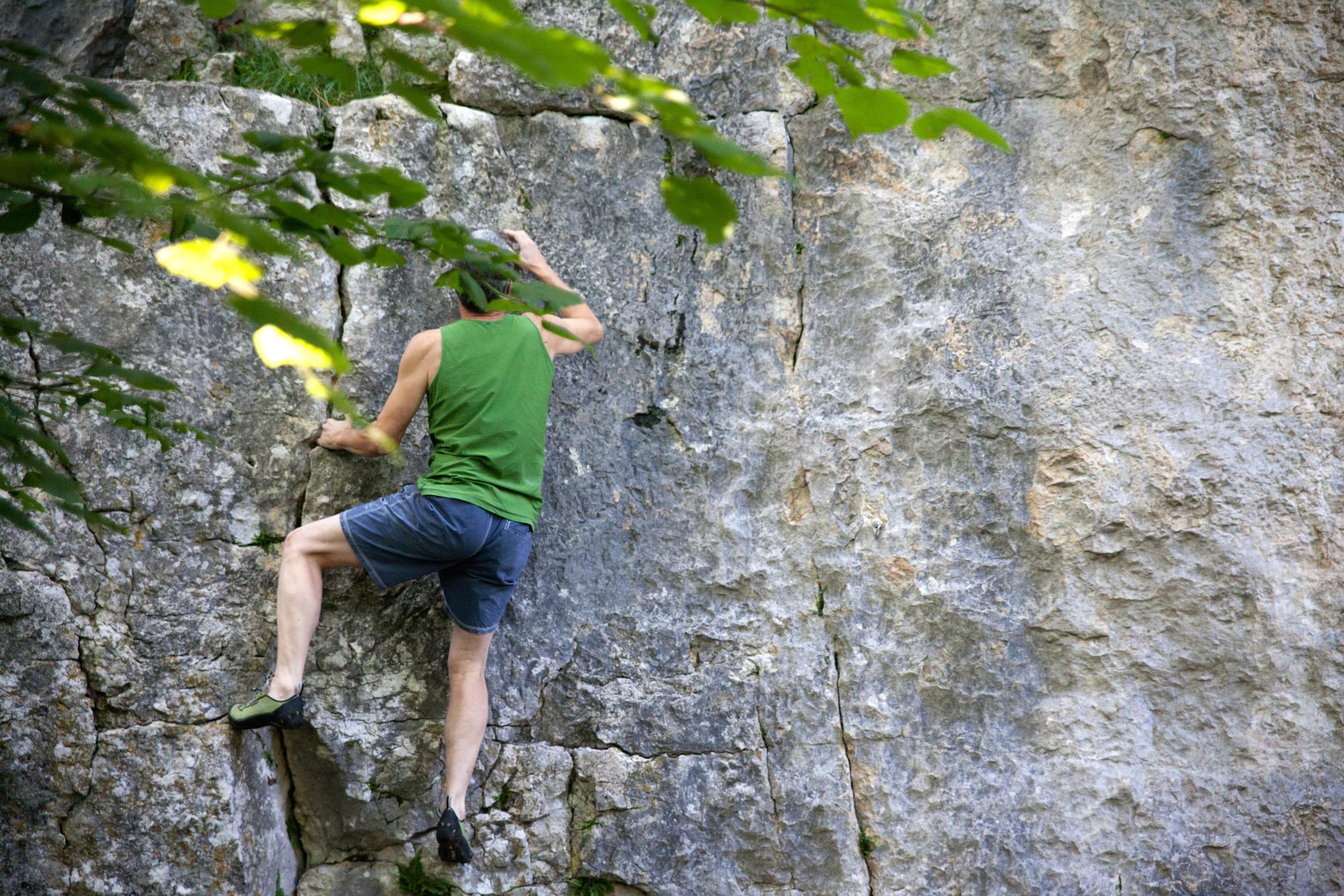 Richi Signer wiederholt auch nach bald 30 Jahren noch immer regelmässig die Boulder im Pelzli.