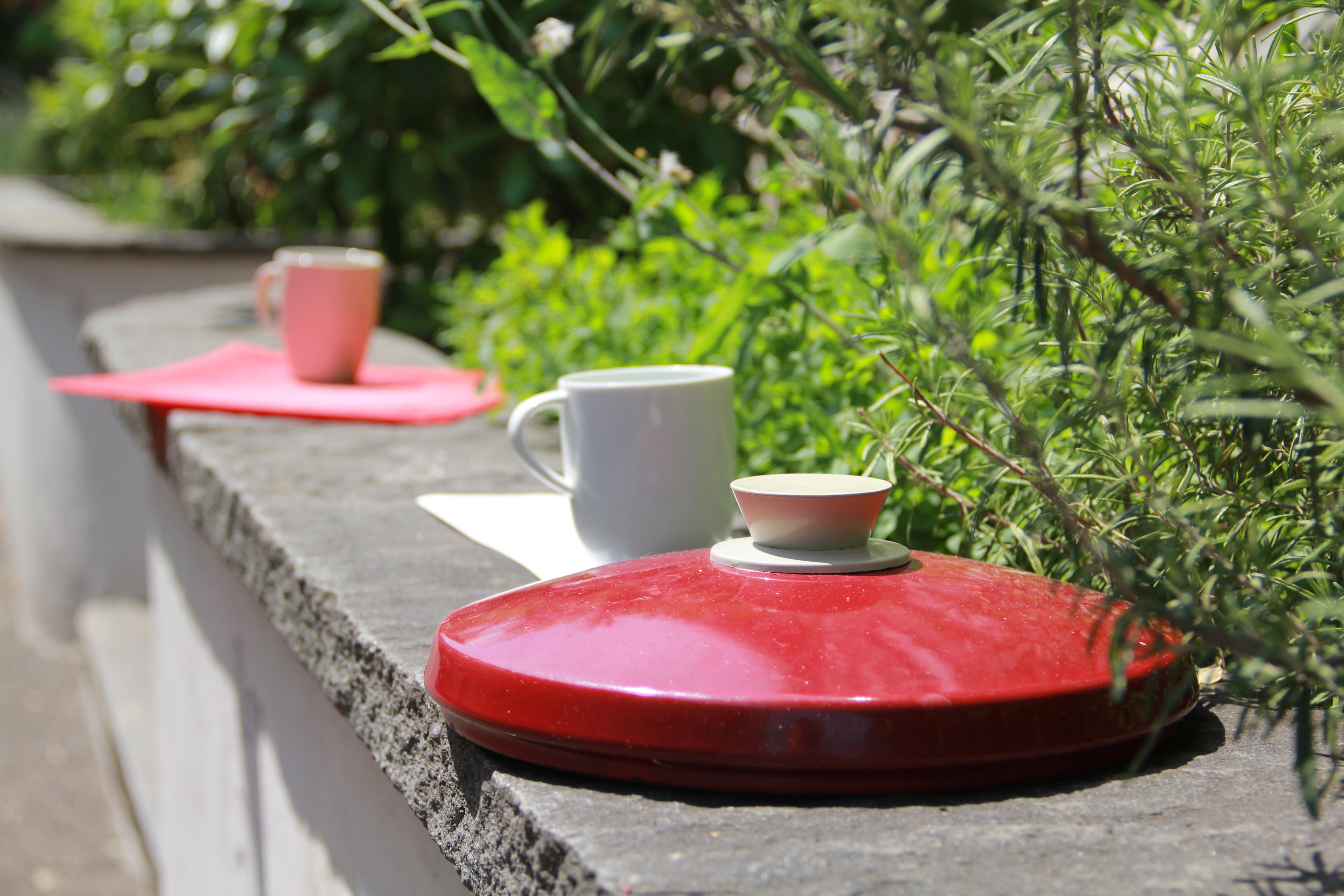 Für den Küchenbedarf: Pfannendeckel und Tassen sonnen sich an der Landskronstrasse