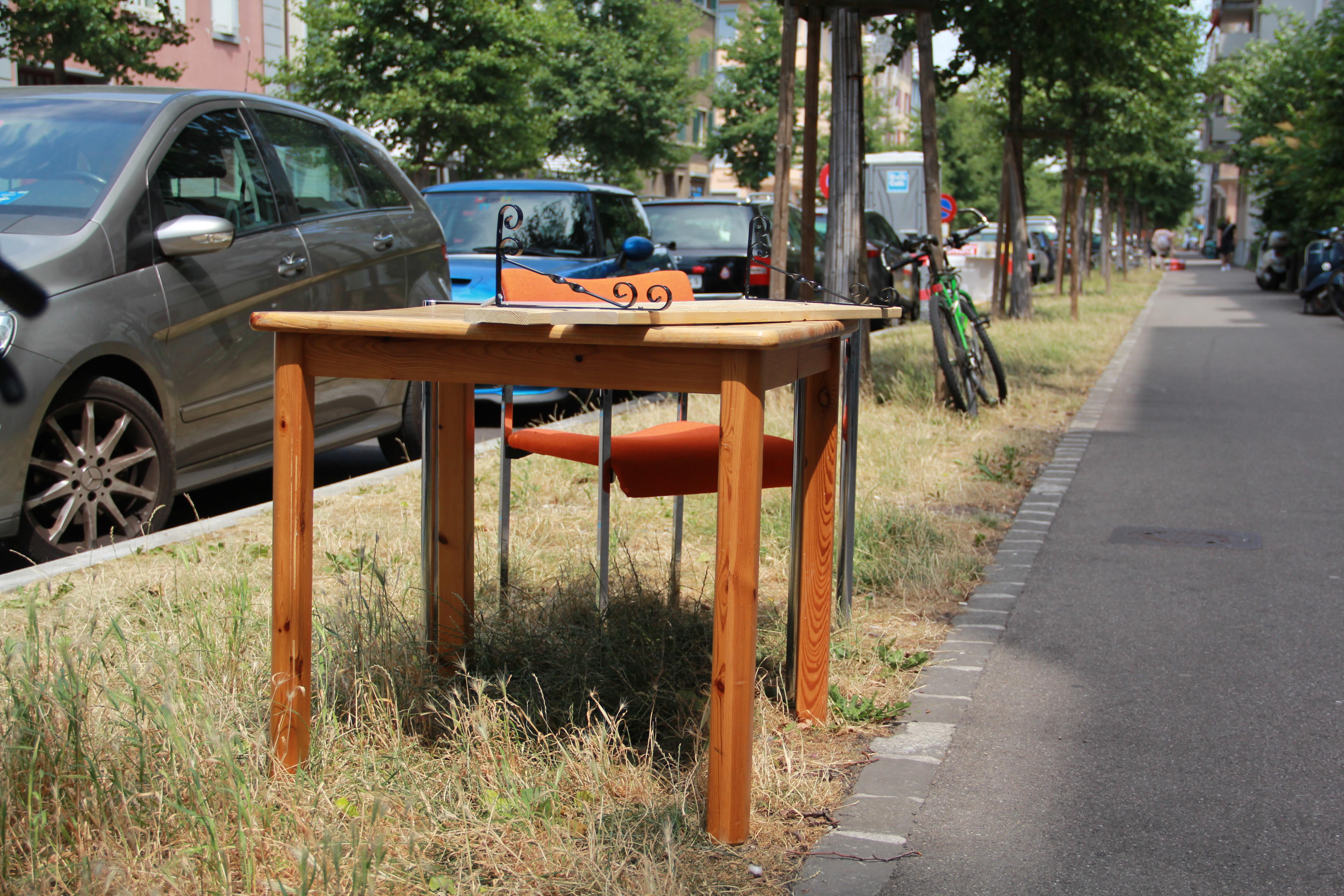 Die Gasstrasse wird zu den Hotspots der Deponien gezählt. Dieser gut erhaltene Tisch fand offensichtlich bald Abnehmer.